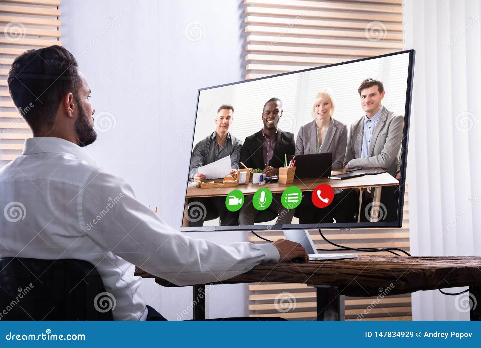Zakenman Video Conferencing With Zijn Partner op Computer