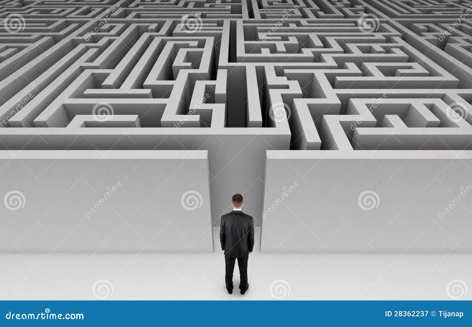 Zakenman voor een reusachtig labyrint