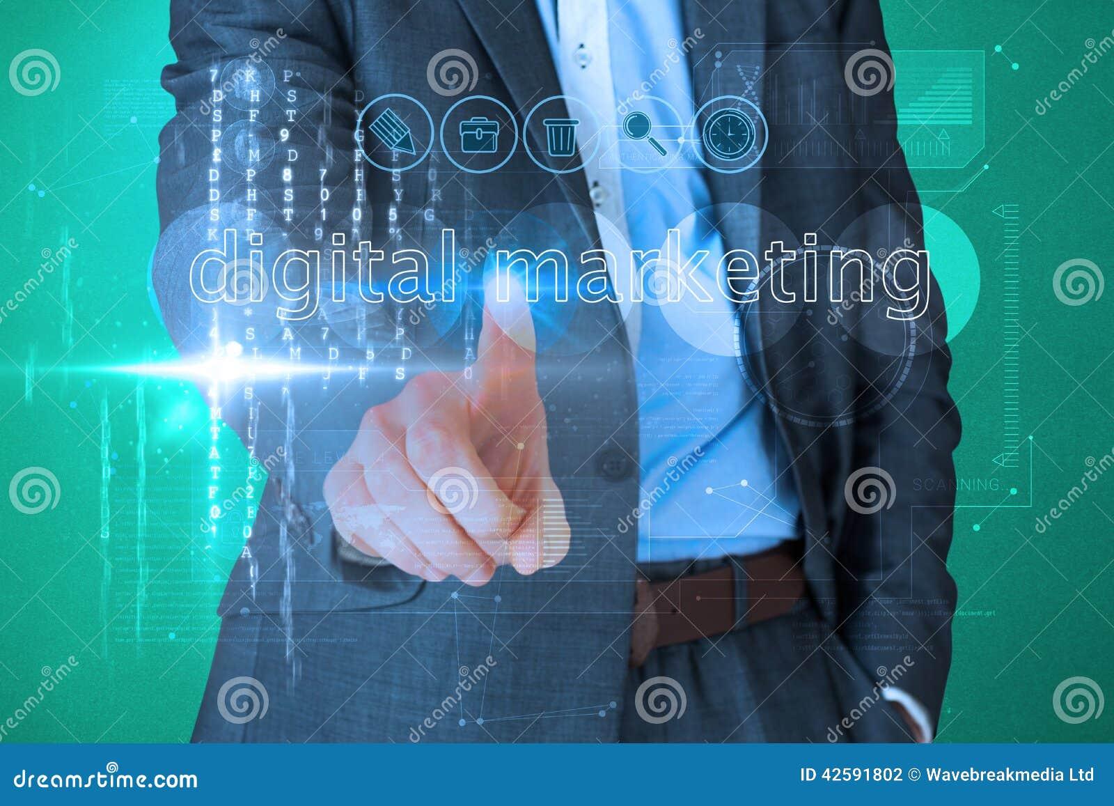 Zakenman wat betreft de woorden digitale marketing op interface