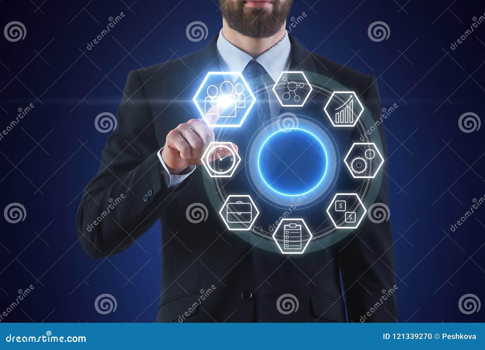 Zakenman wat betreft het digitale scherm