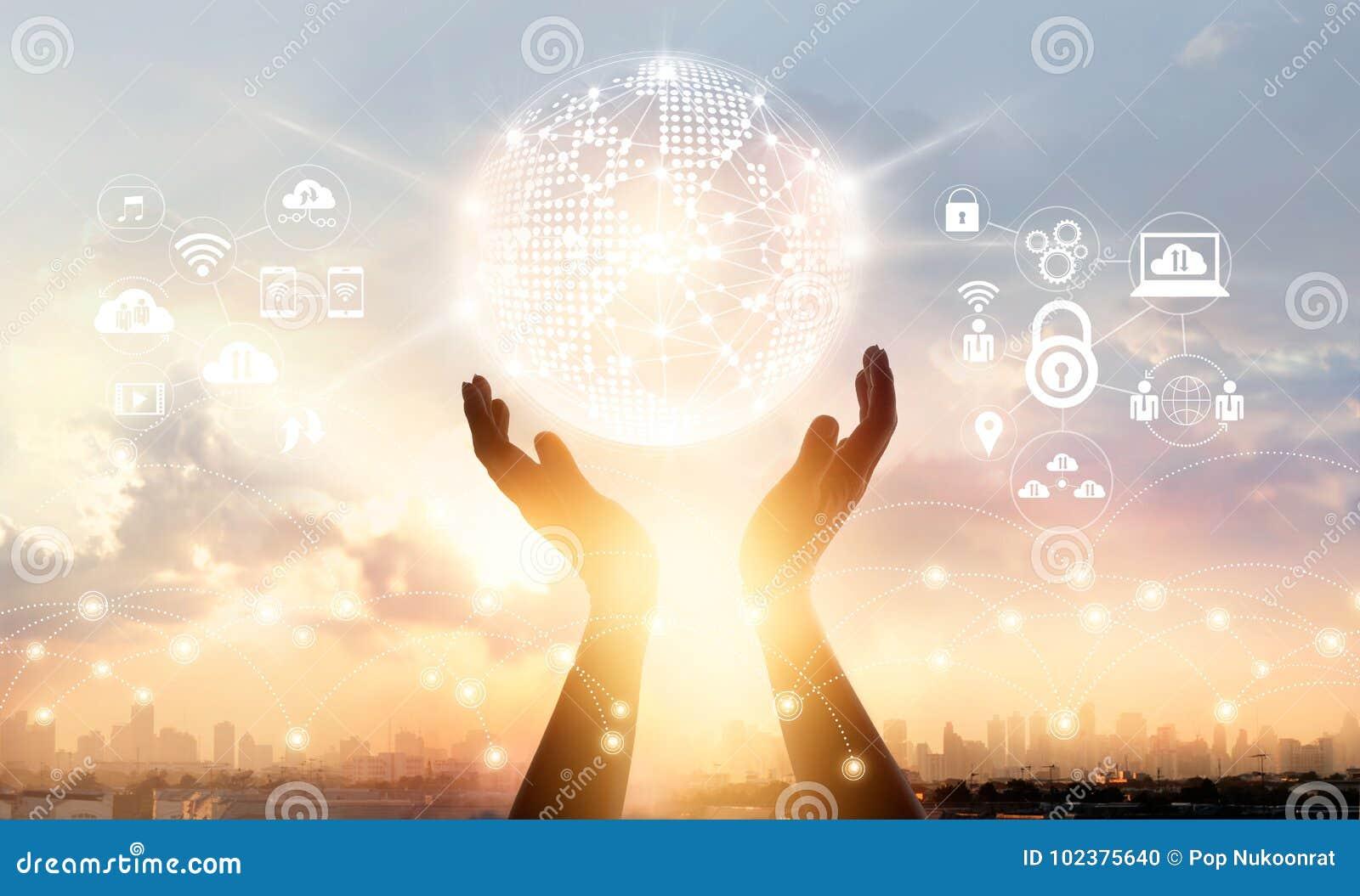 Zakenman wat betreft verbinding van het cirkel de globale netwerk