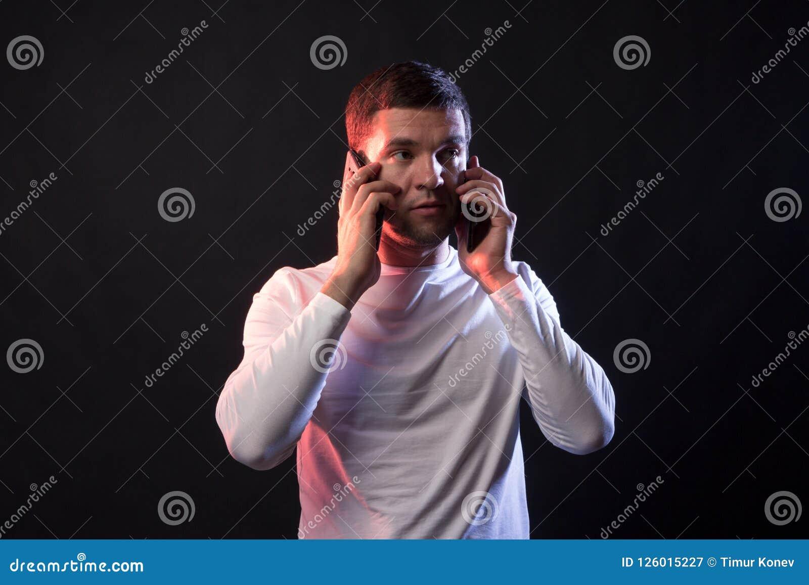 Zakenmanbesprekingen op twee telefoons en schreeuwen van overspanning en