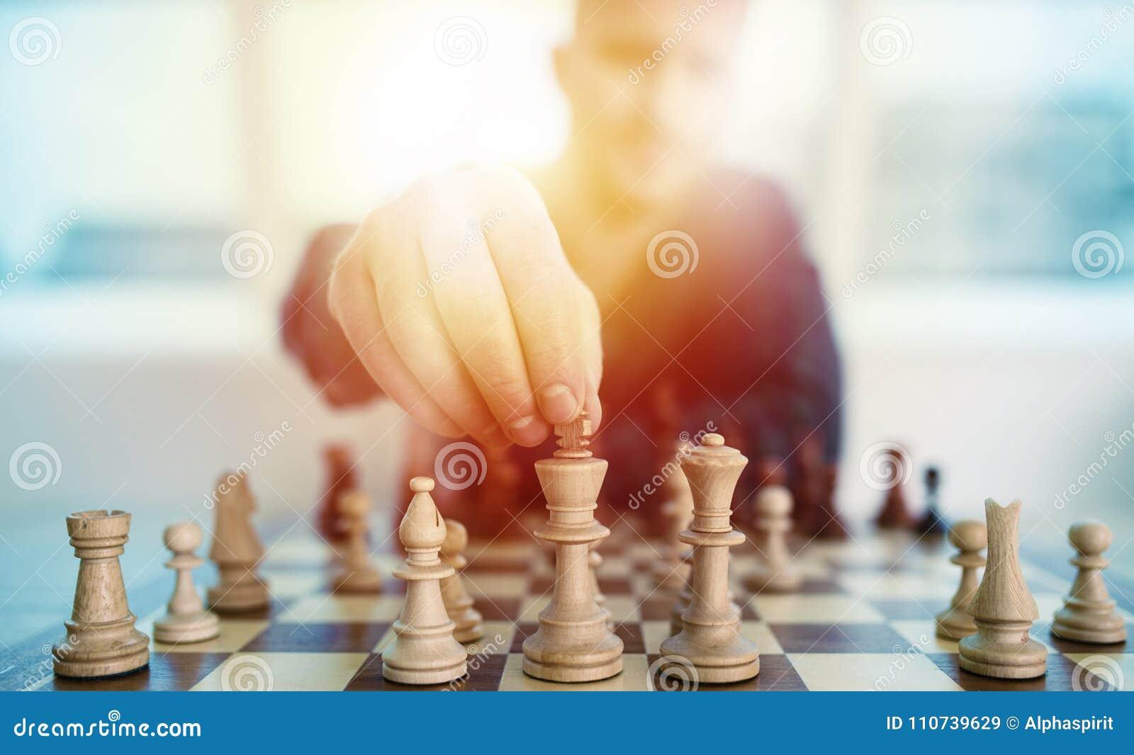 Zakenmanspel met schaakspel concept bedrijfsstrategie en tactiek