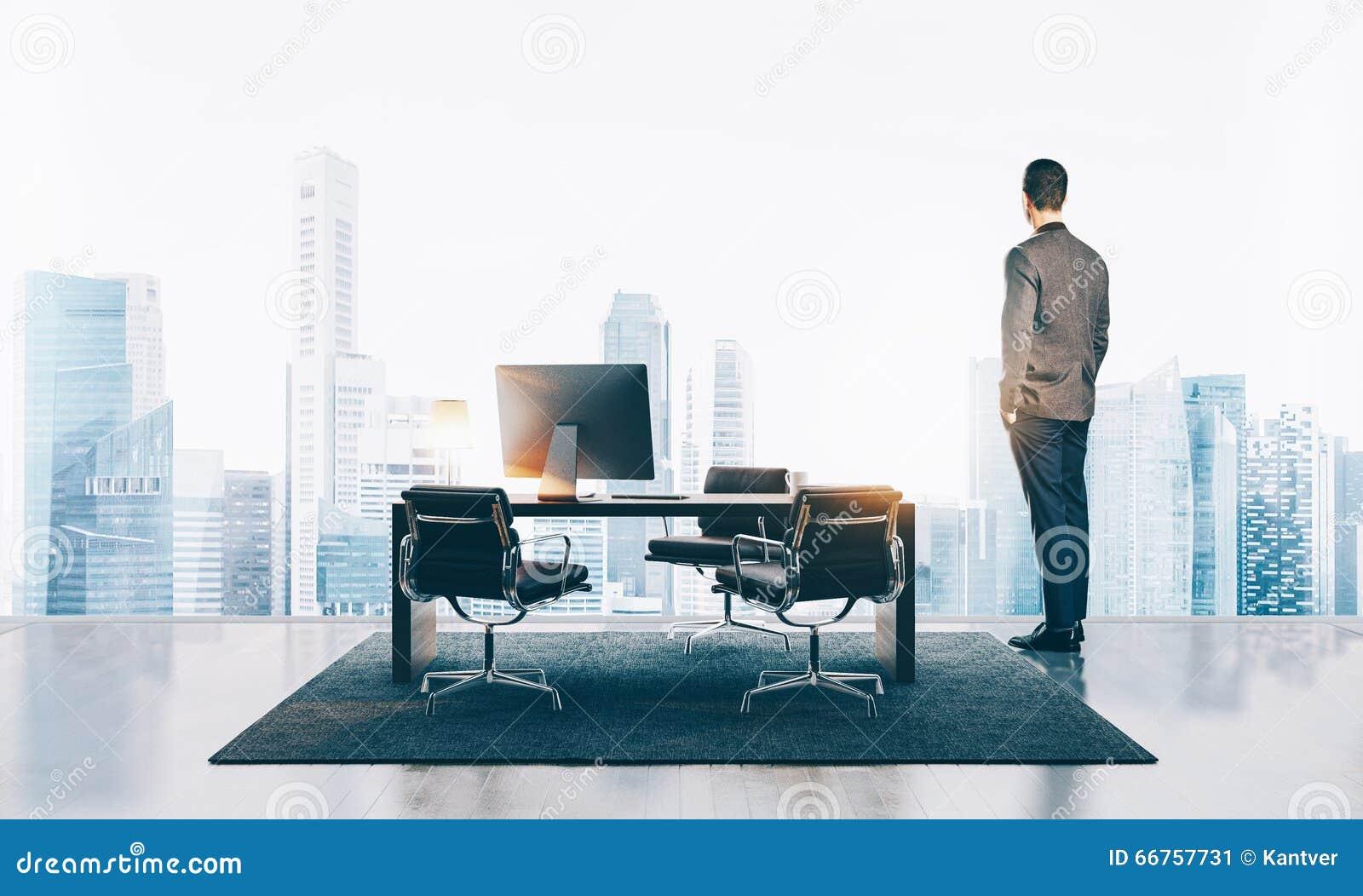 Zakenmantribunes in eigentijds bureau en het bekijken de stad horizontaal