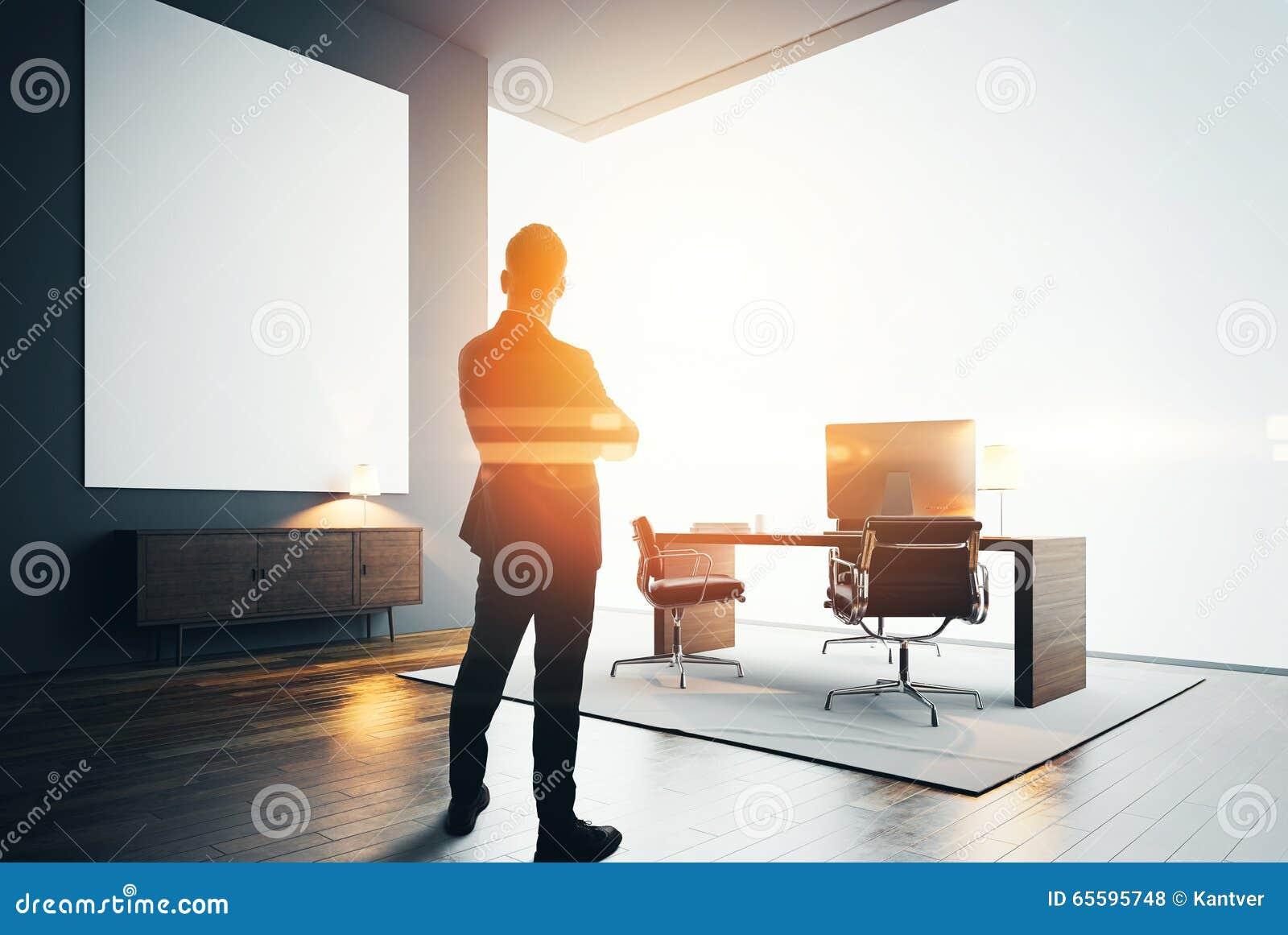 Zakenmantribunes in modern bureau met één leeg canvas Bokehgevolgen