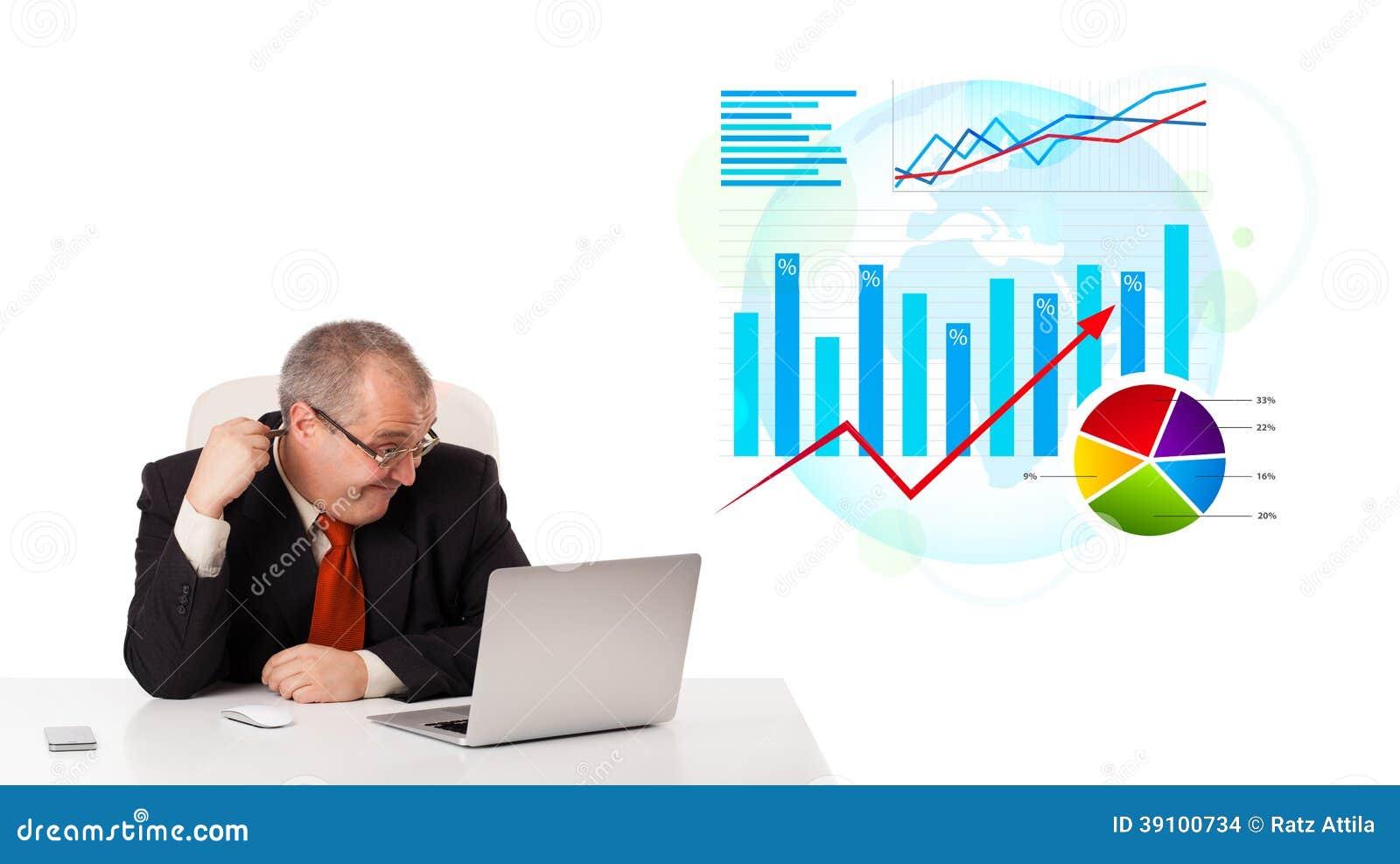 Zakenmanzitting bij bureau met laptop
