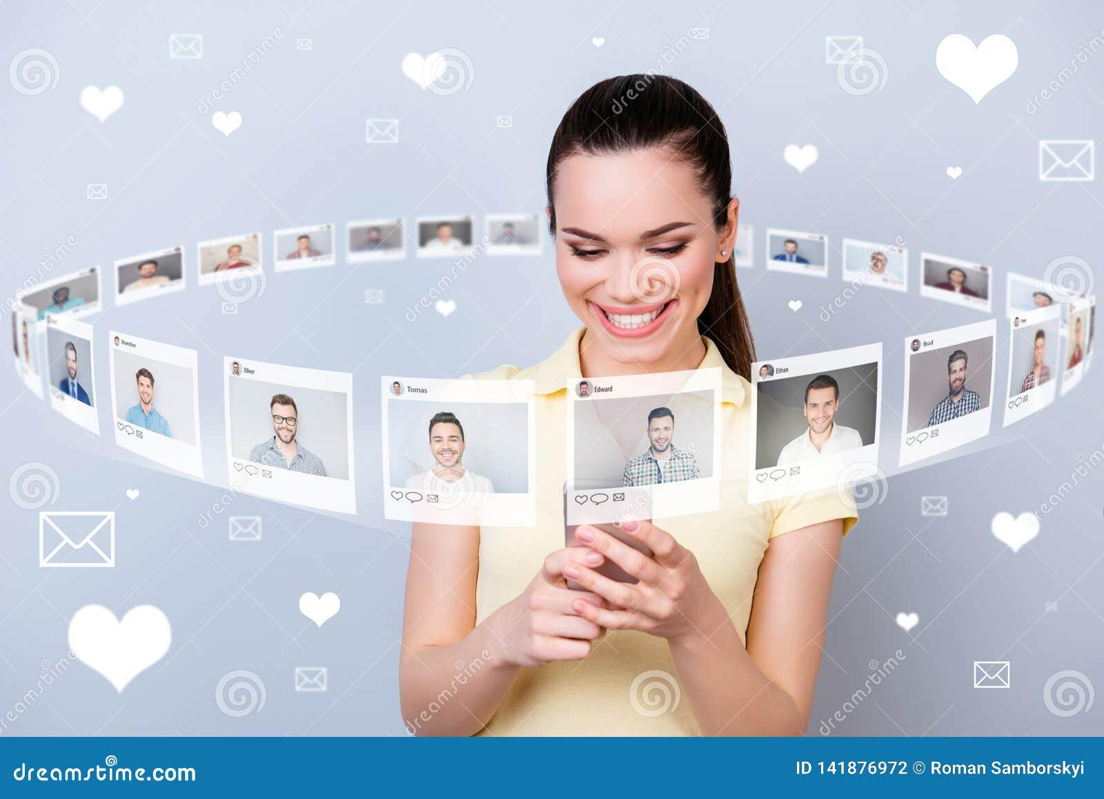 Zakończenie w górę fotografia użytkownika persone jej dama telefonu części repost jak stuknięcie listy wzywa wiele przyjaciół ilu