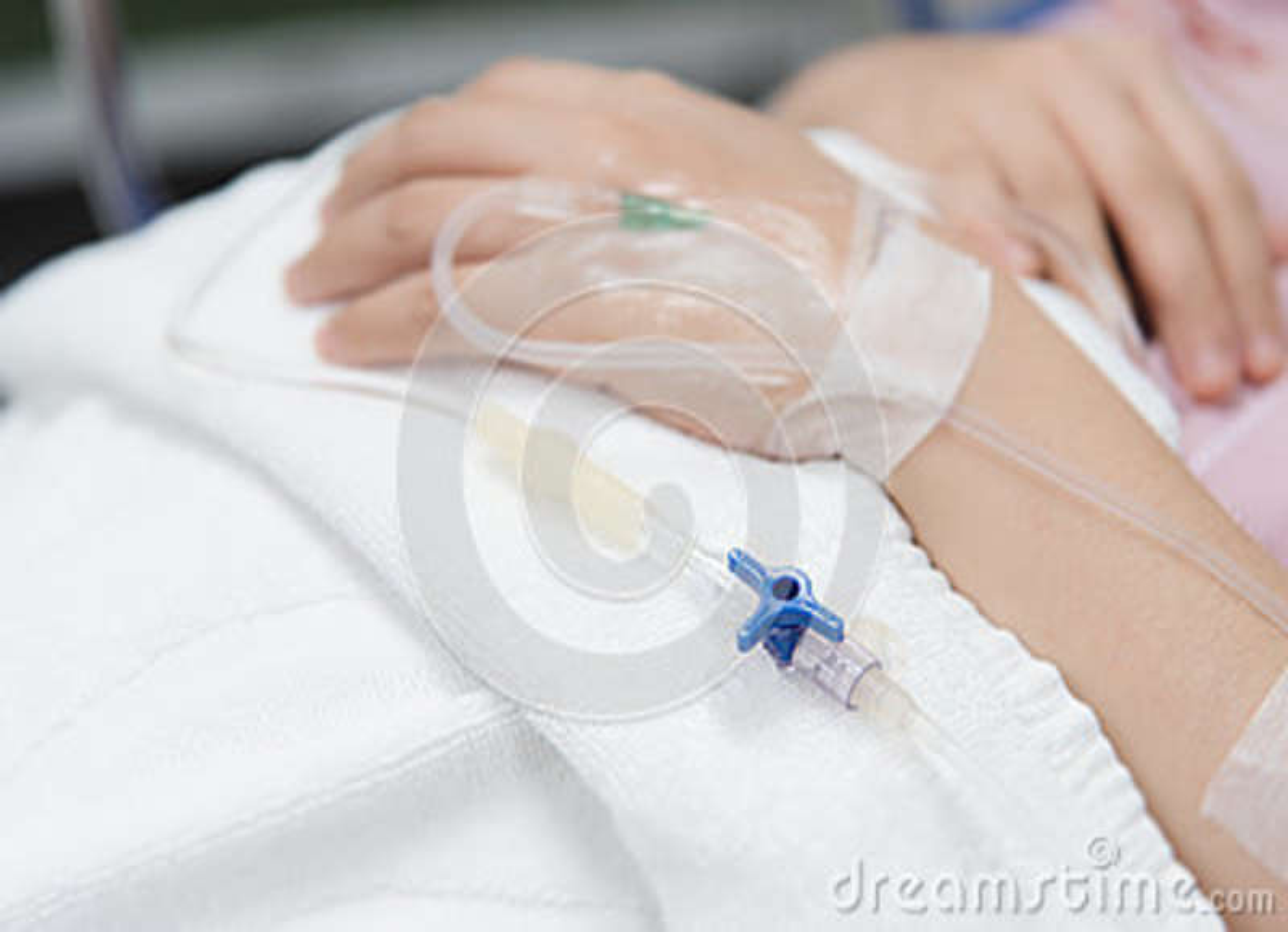 Zakończenia IV igła na pacjencie w szpitalu