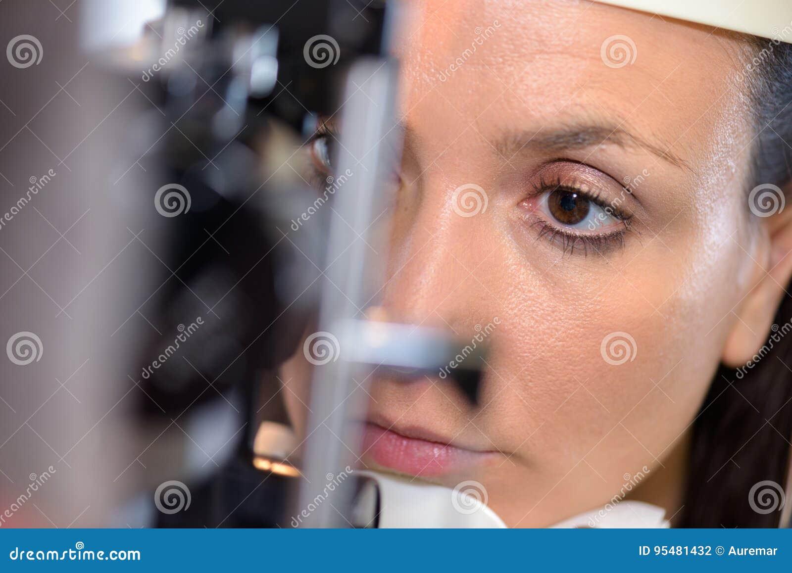 Zakończenia phoropter na młodym żeńskim pacjencie