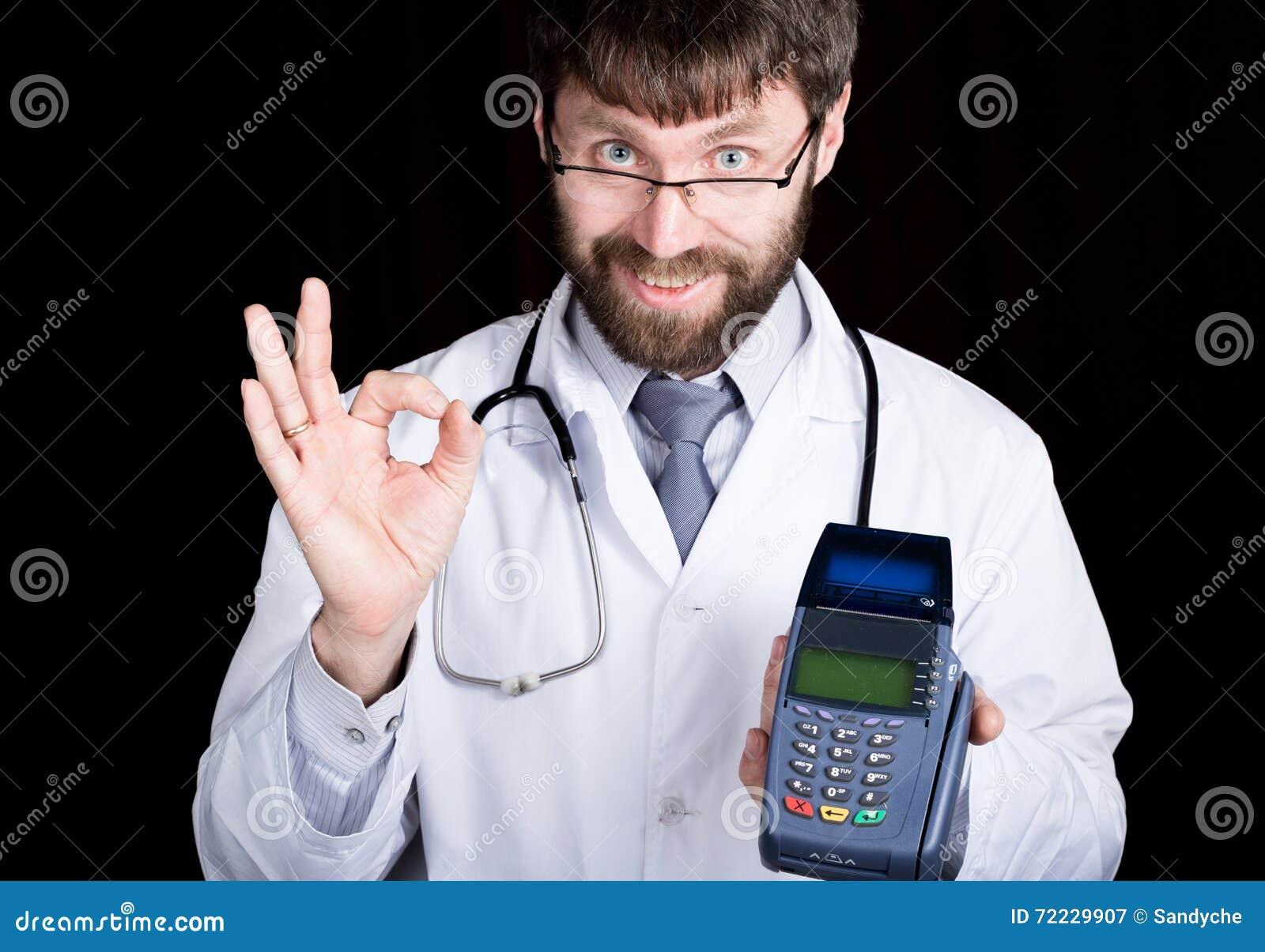 Zakończenia portret Doktorski mienia terminal, stetoskop wokoło jego szyi robi OK znakowi z twój palcami