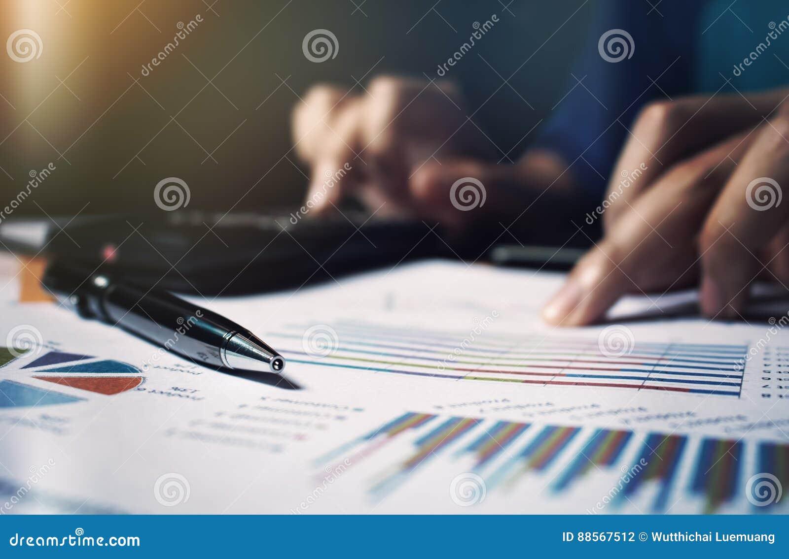Zakończenia up pióro na papierkowej robocie i kobiety ręka kalkulujemy finanse