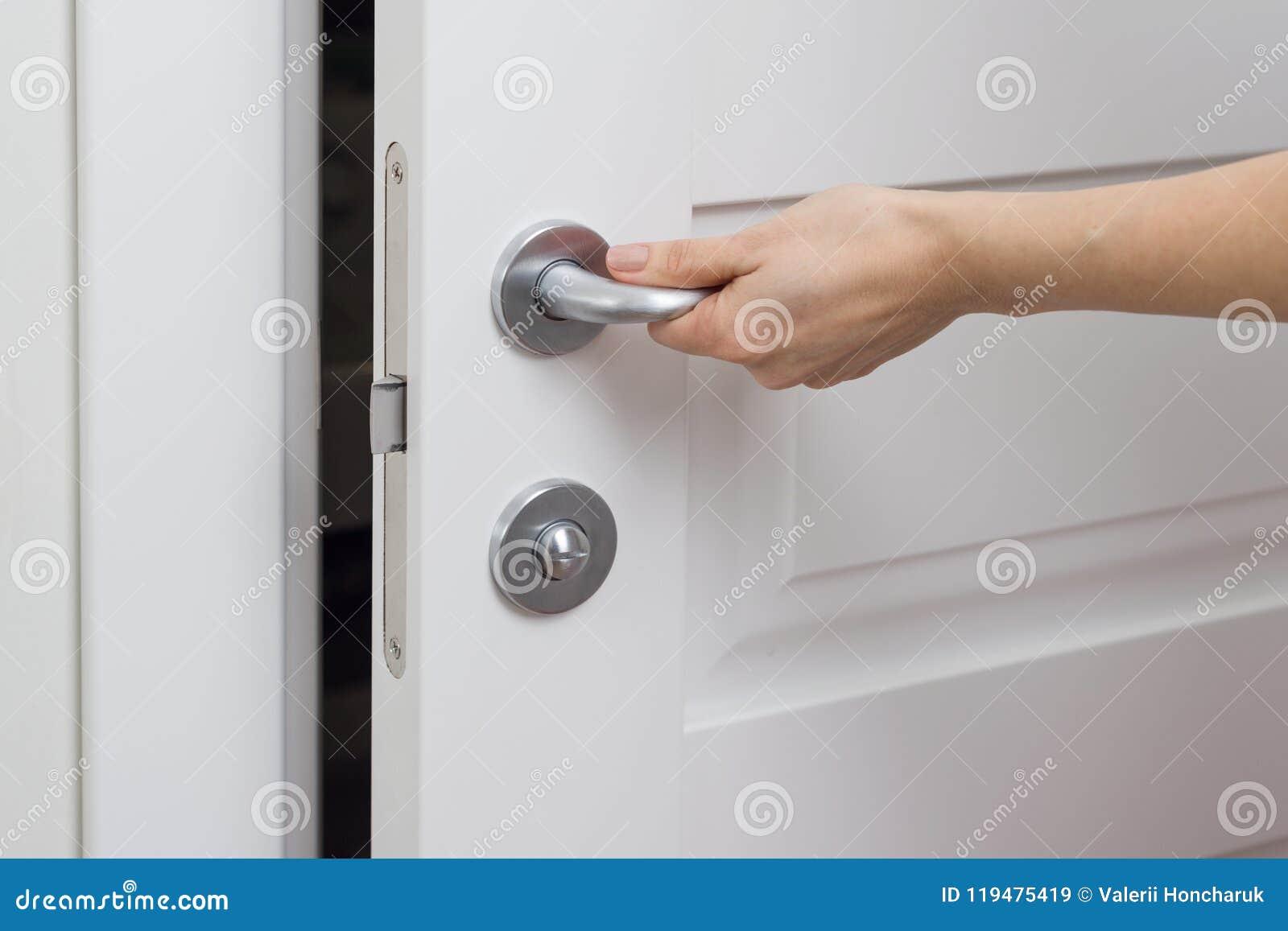 Zakończenie żeńska ręka otwiera, zamyka, białego wewnętrznego drzwi