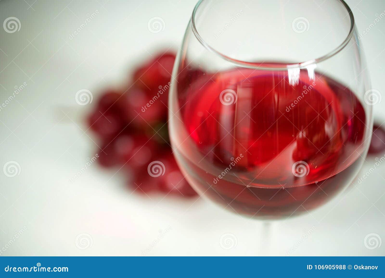 Zakończenie czerwone wino i szkło przeciw winogronu