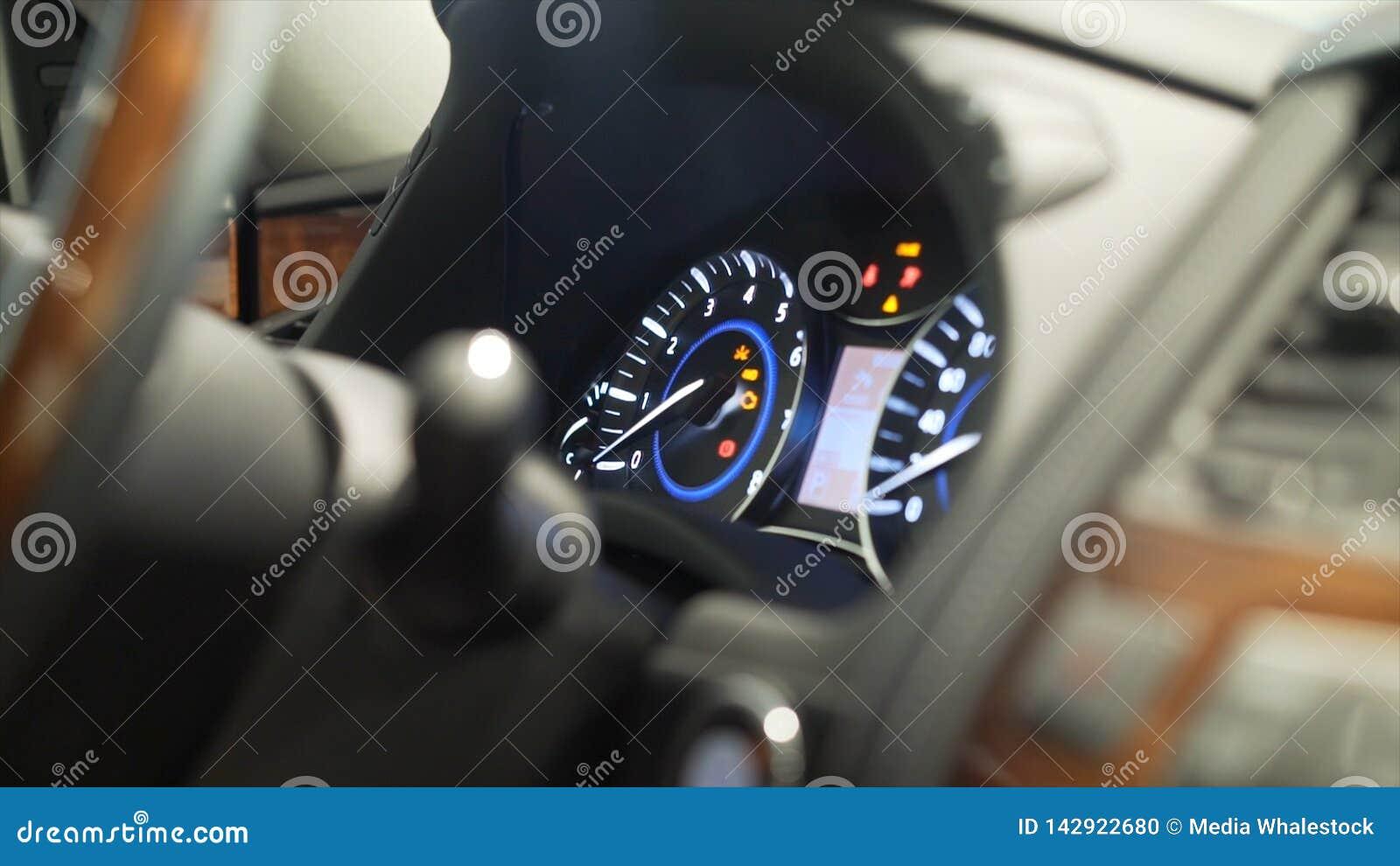 Zakończenie dla w górę mężczyzny palca naciska samochodowego władza początek, przerwa guzik, transportu pojęcie zapas Kierowcy mę
