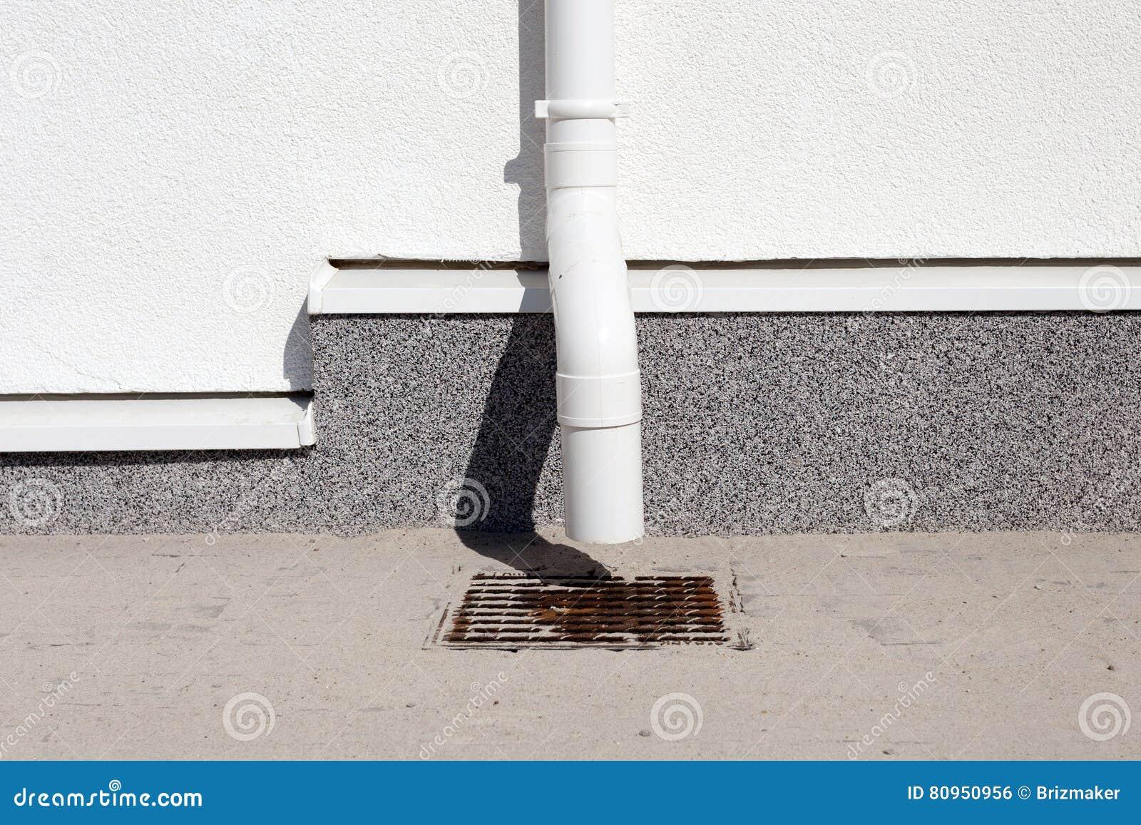Zakończenie domu nowego deszczu systemu rynnowa budowa