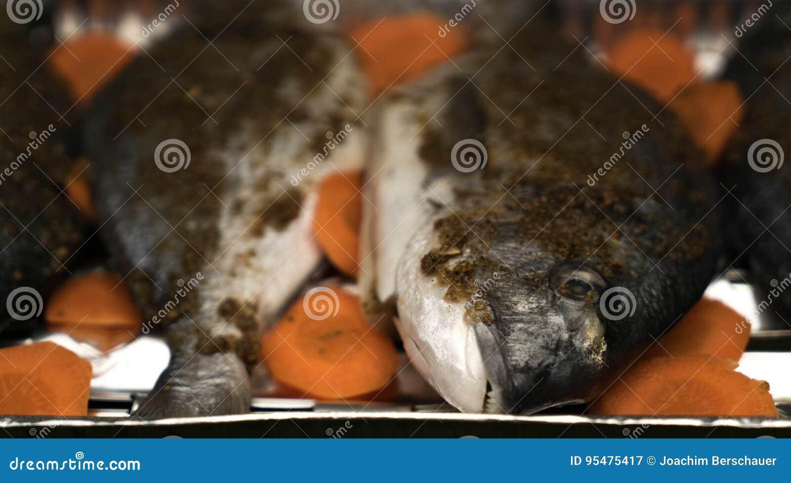Zakończenie Dorado z pikantność marchewkami przed grillem