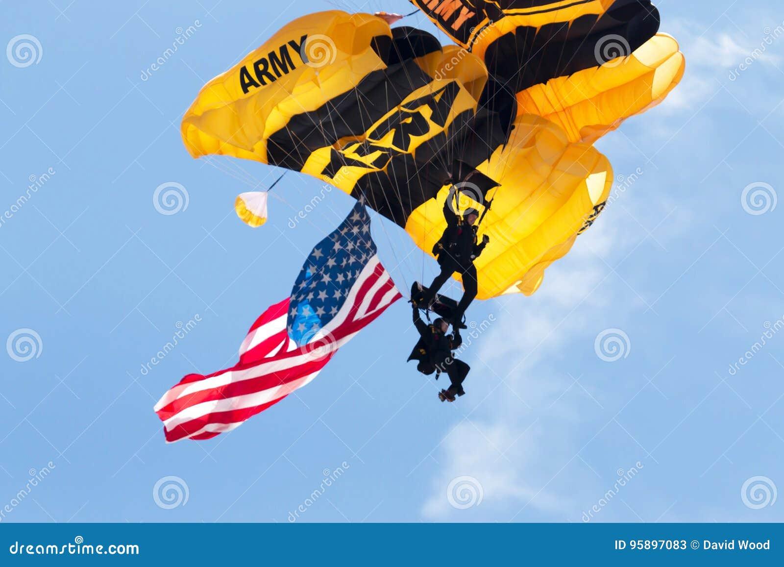 Zakończenie dwa wojsko usa spadochroniarza z flaga amerykańską