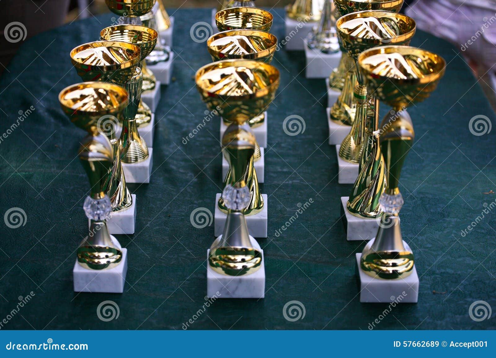Zakończenie filiżanki trofeum złociste rasy