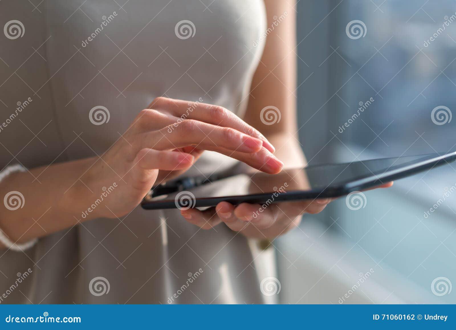 Zakończenie fotografia bizneswoman z cyfrową pastylką w rękach Kobieta wręcza pisać na maszynie, texting i przesyłanie wiadomości