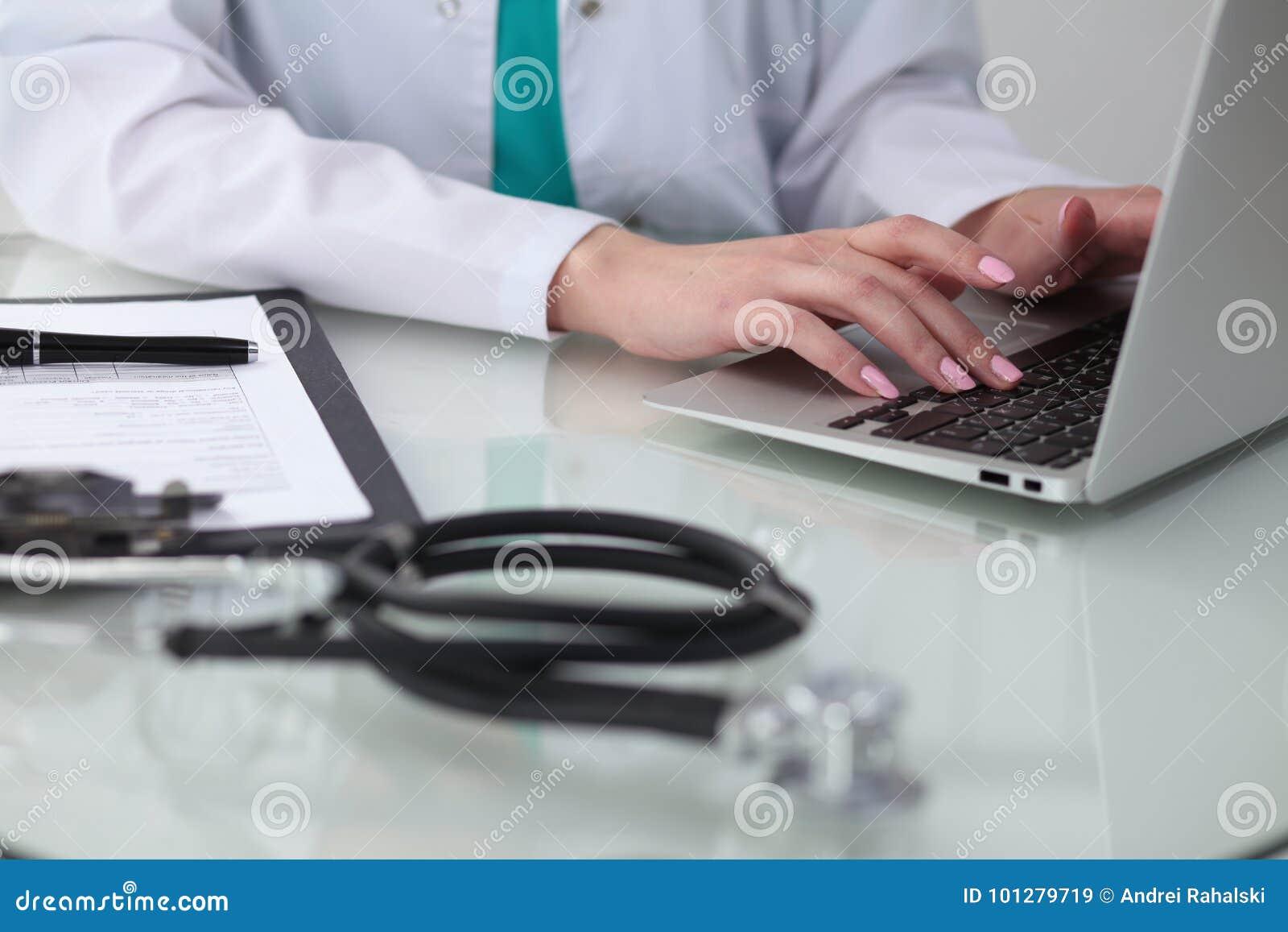 Zakończenie kobiety lekarka wręcza pisać na maszynie na laptopie Lekarz przy pracą Medycyny, opieki zdrowotnej i pomocy pojęcie,