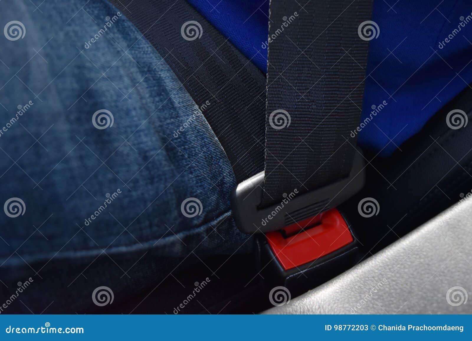Zakończenie mężczyzna jest ubranym cajgi I błękitnego koszulowego pas bezpieczeństwa blokują, Jadą,