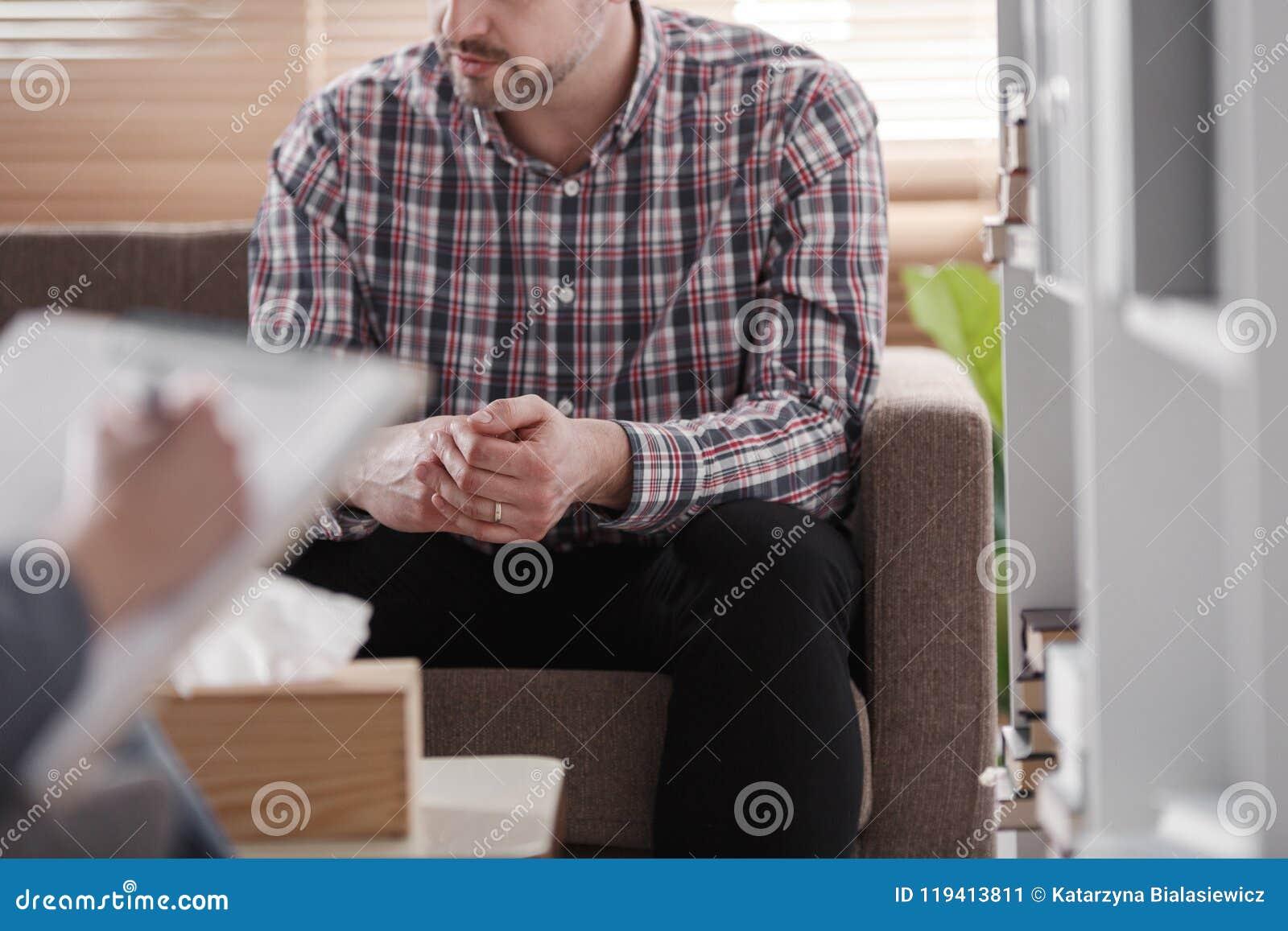 Zakończenie mężczyzna obsiadanie na leżance podczas małżeńskiej konsultaci