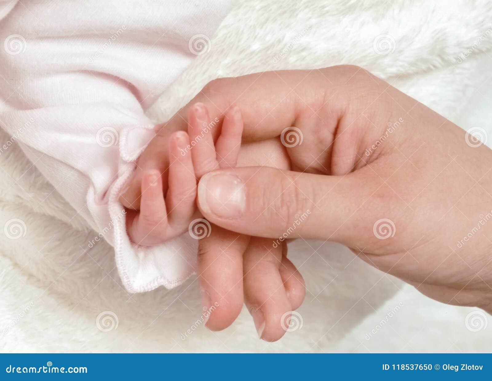 Zakończenie matki ręka trzyma jej babys małą rękę
