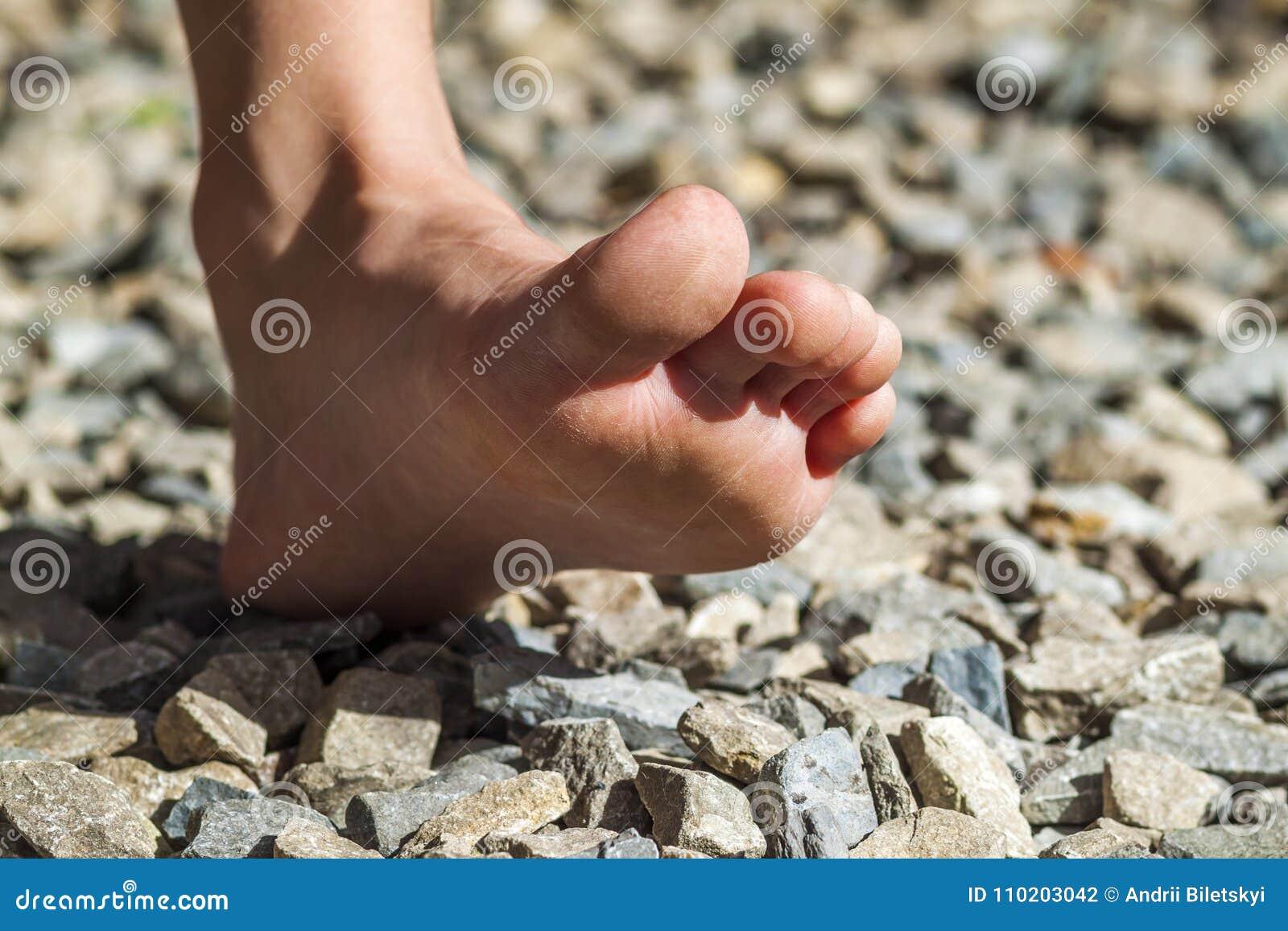 Zakończenie nagiej stopy odprowadzenie aktywność na kamieniach, outdoors