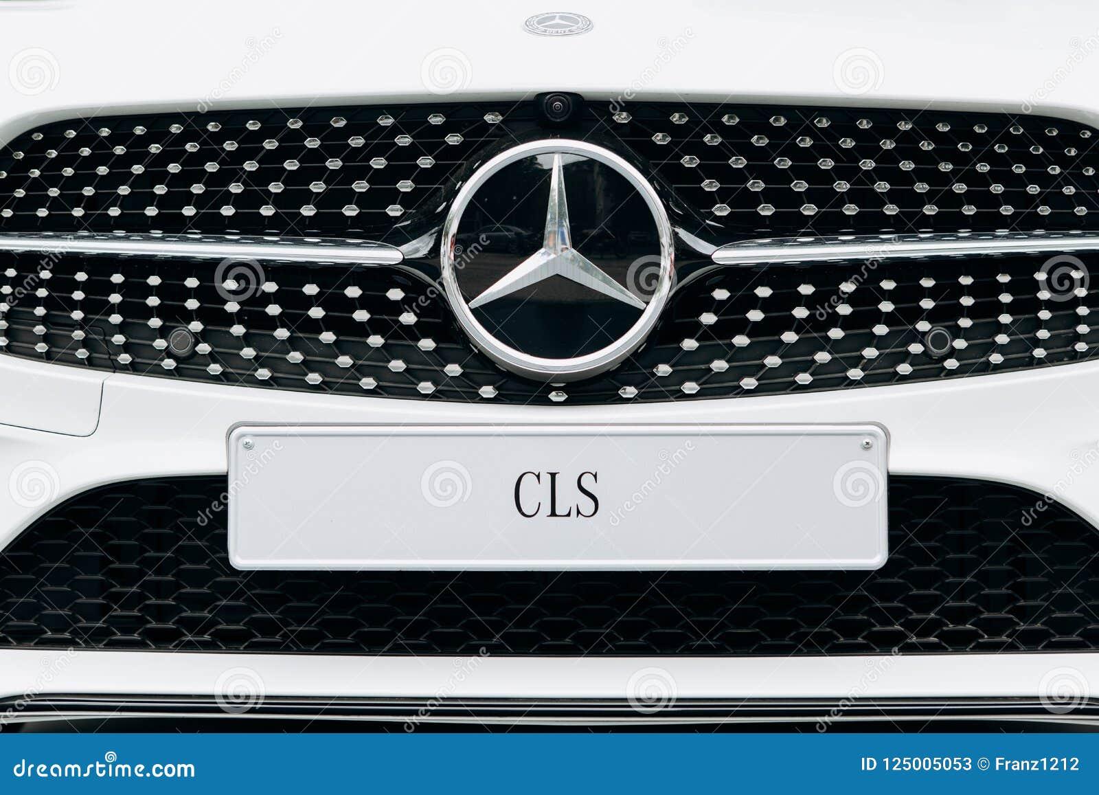Zakończenie nowy biały Mercedes-Benz CLS