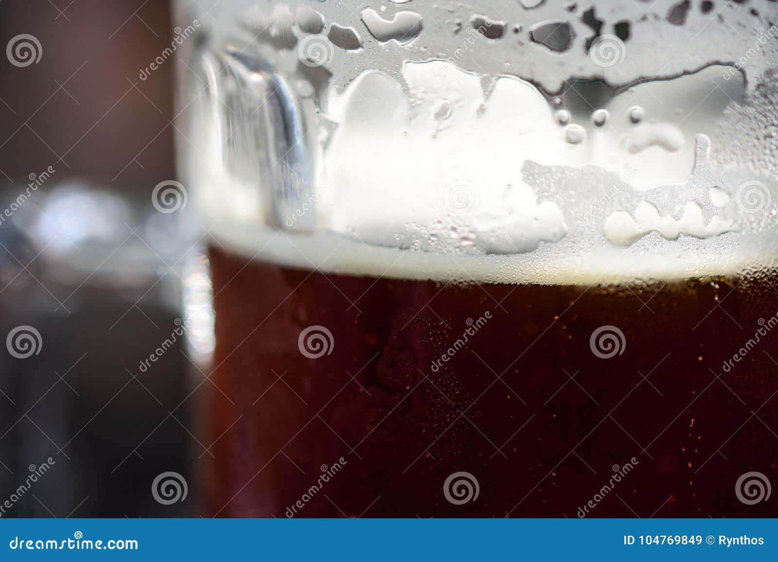 Zakończenie Odświeżający Zimny pół kwarty Ciemny Ale piwo Z kondensacją, Piankowatą pianą I bąblami Przygotowywającą Pić,