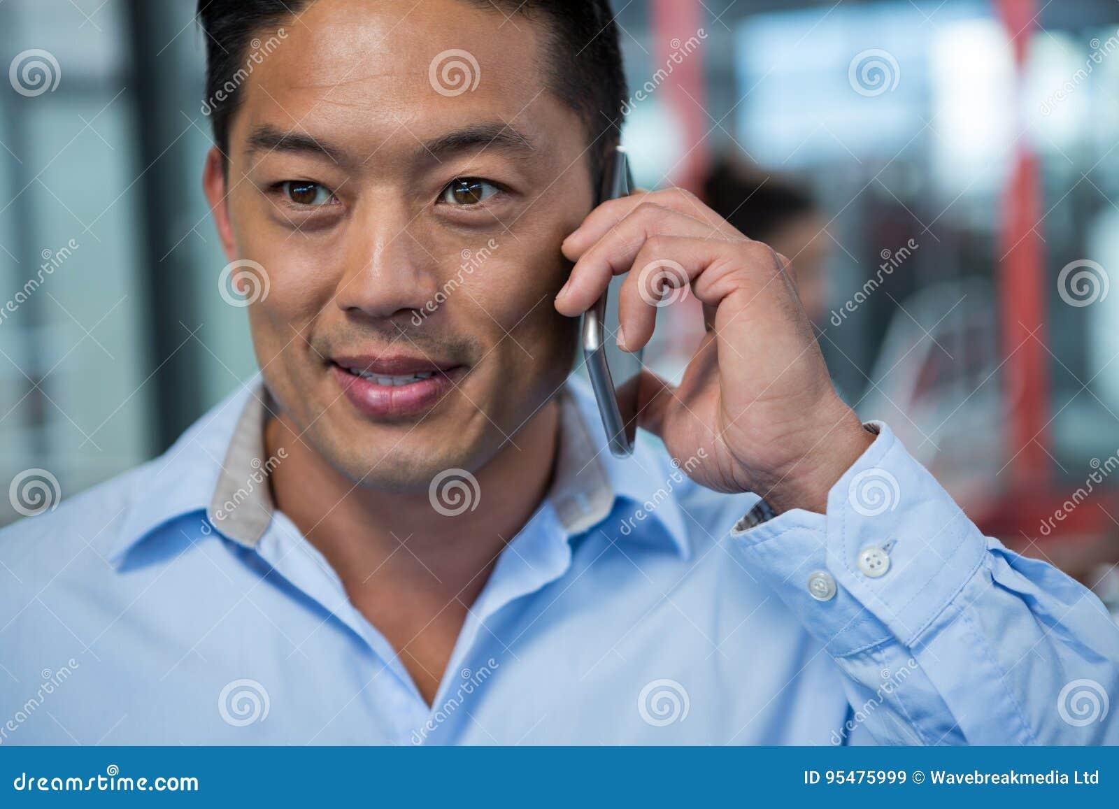 Zakończenie opowiada na telefonie komórkowym biznesmen