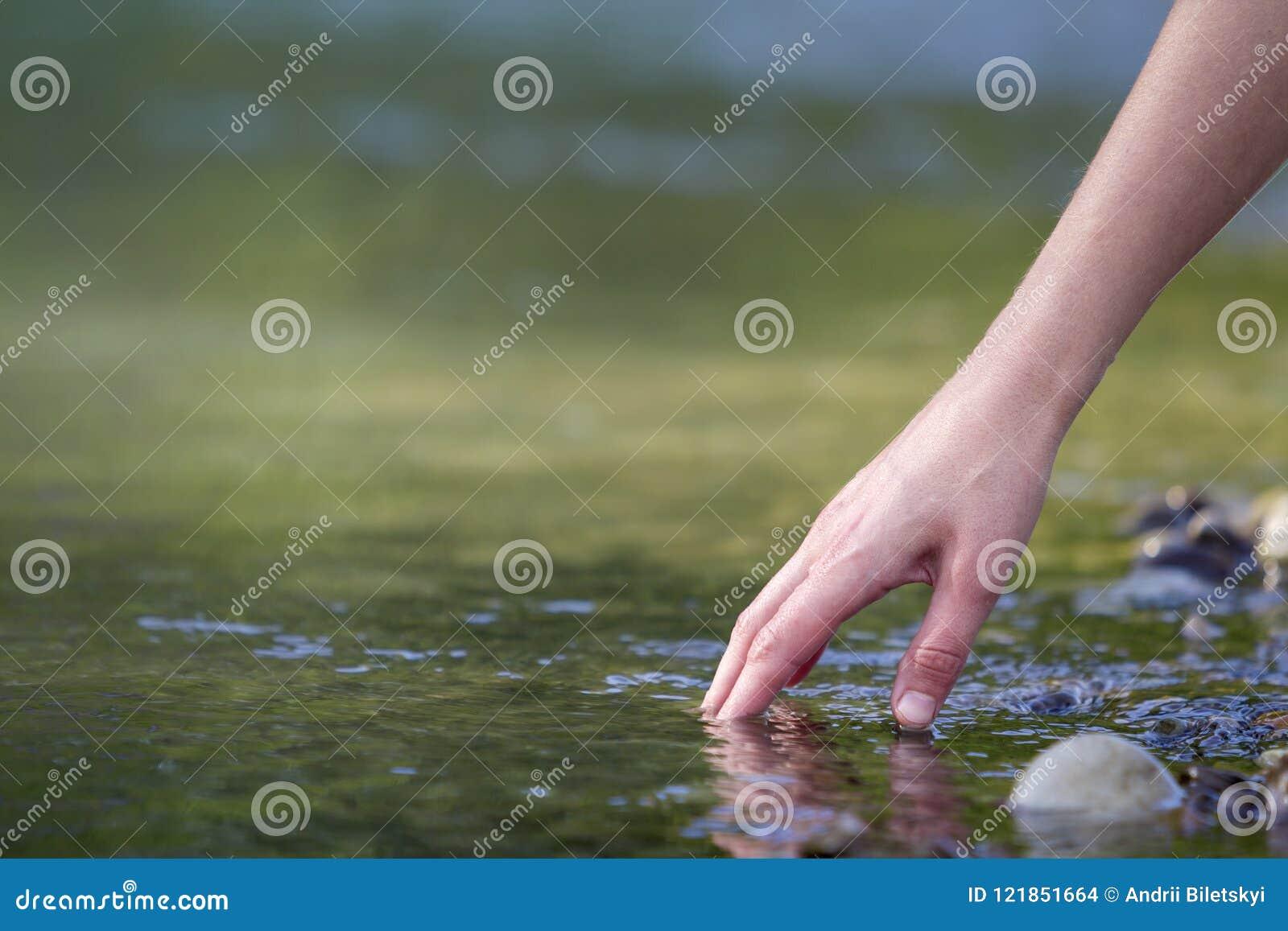 Zakończenie piękna białej kobiety ręka tenderly dotyka, scoopi