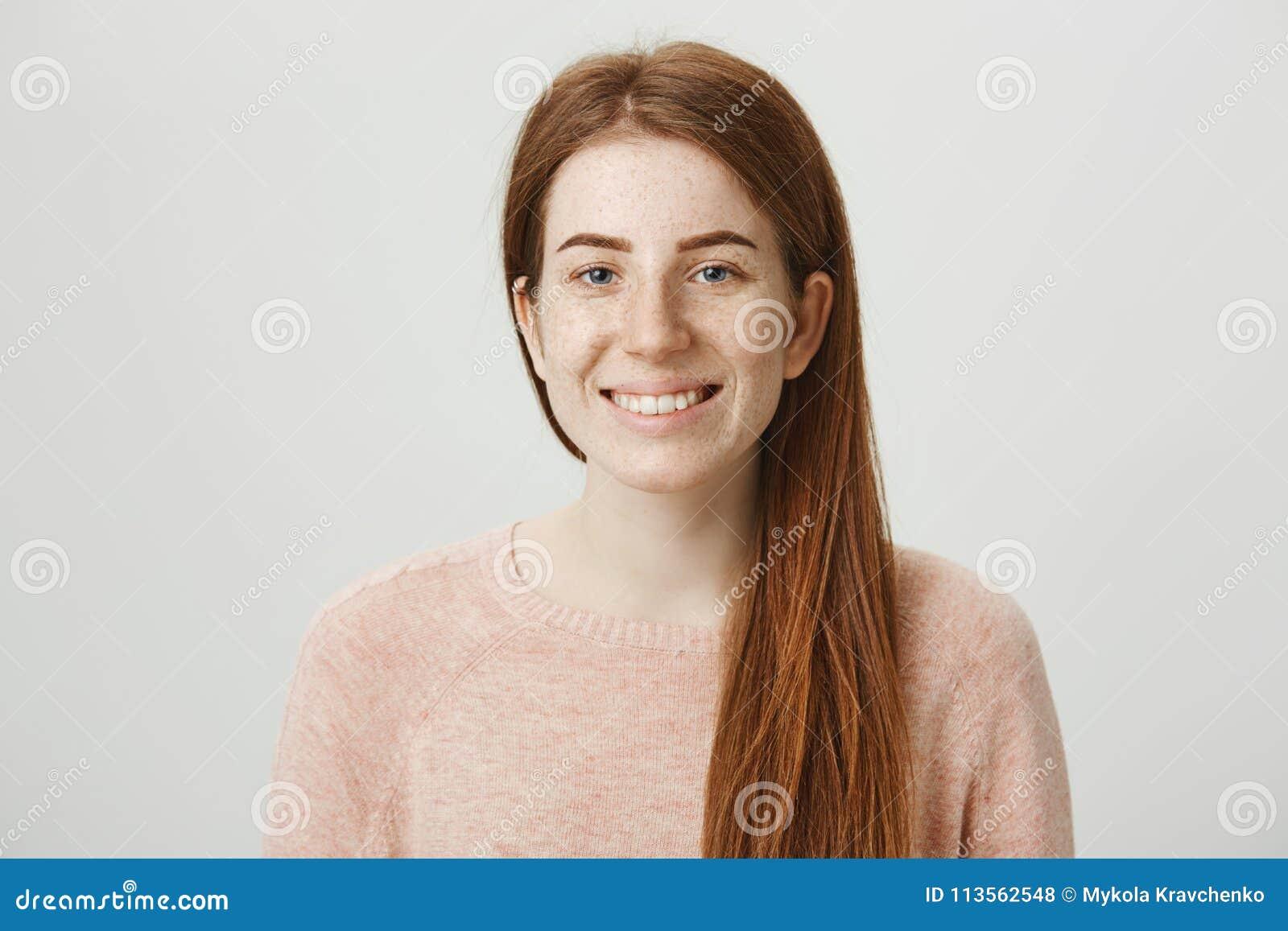Zakończenie portret powabna europejska imbirowa dziewczyna ono uśmiecha się szeroko i wyraża pozytywne emocje podczas gdy być