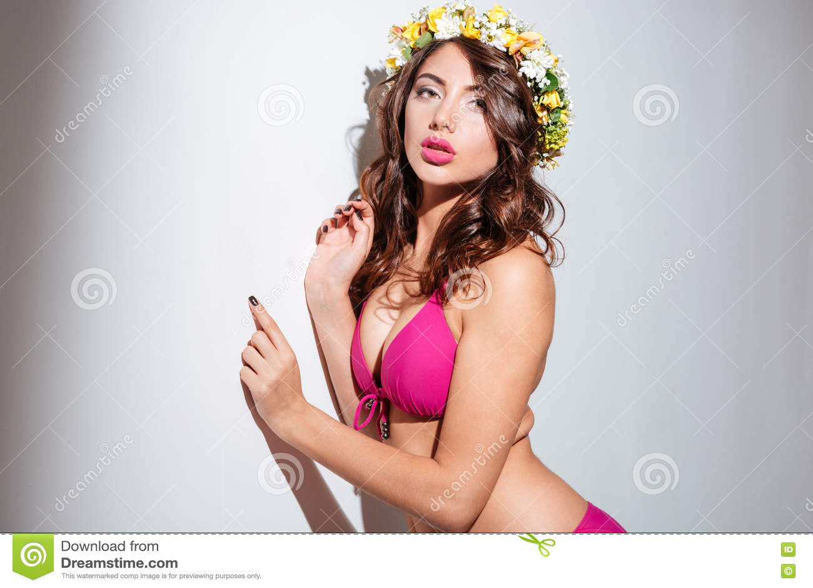 Zakończenie portret seksowna dziewczyna jest ubranym kwiatu diadem