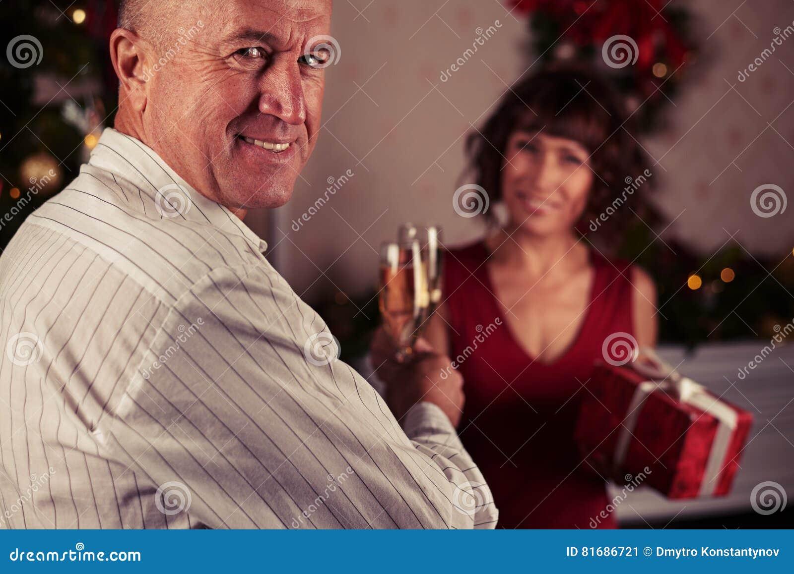 Zakończenie portret uśmiechnięty atrakcyjny starszego mężczyzna kręcenia hea