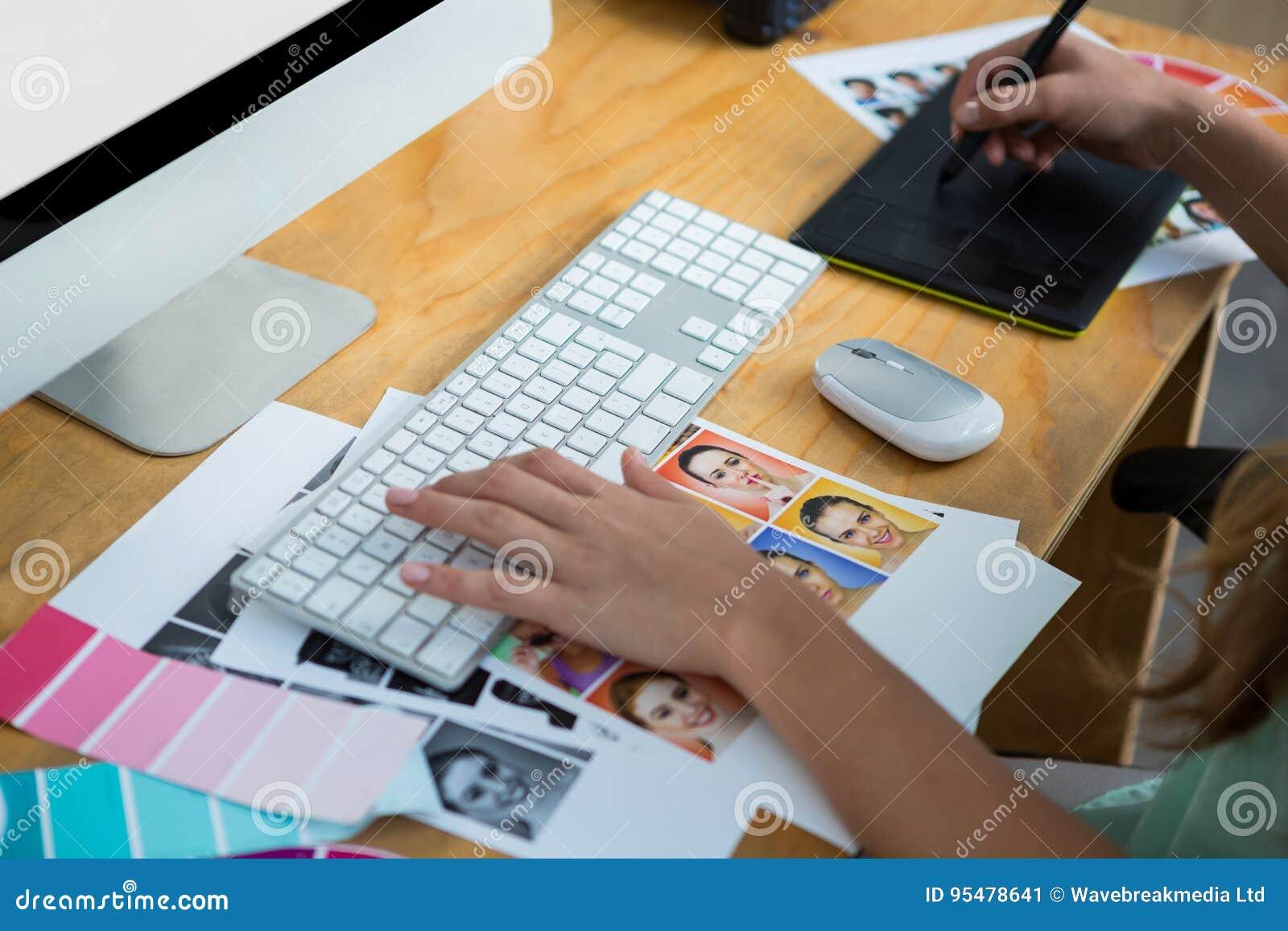 Zakończenie pracuje przy biurkiem żeński projektant grafik komputerowych