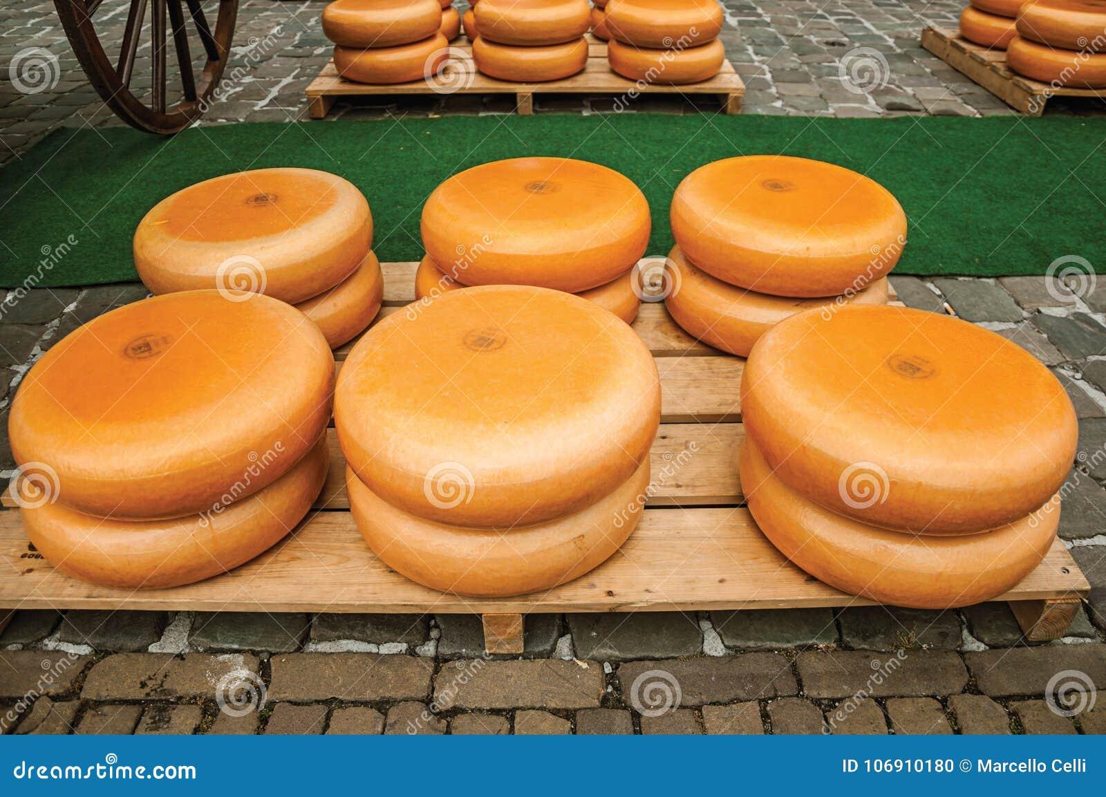 Zakończenie ser sterty dla sprzedaży przy Targowego kwadrata jarmarkiem w Gouda