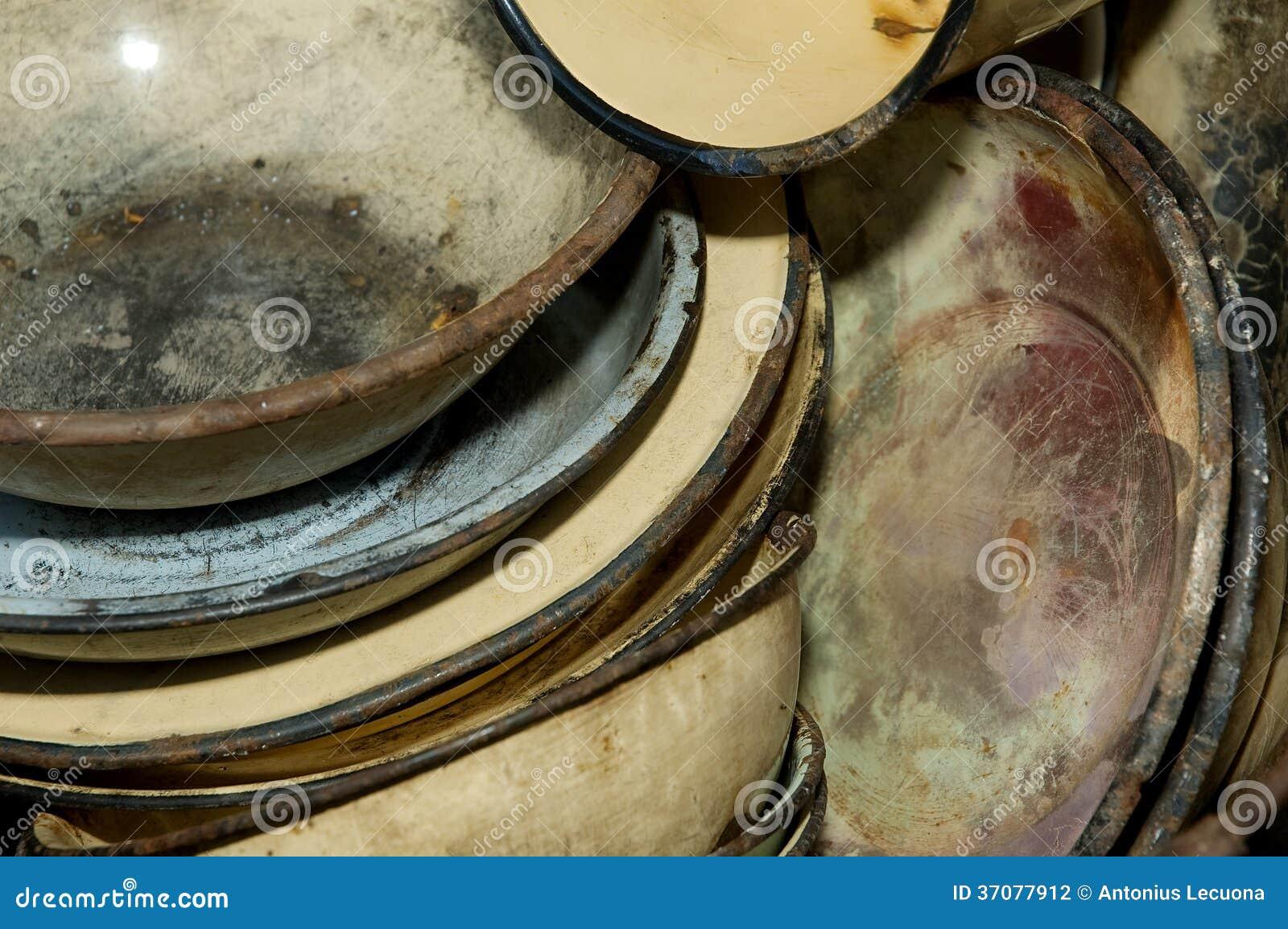Download Zakończenie Starzy Będący Ubranym Metali Talerze Zdjęcie Stock - Obraz złożonej z rzemiosło, rdzewiejący: 37077912