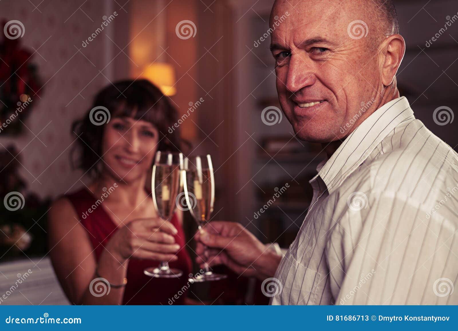 Zakończenie stojak ostrość strzelał starszy mężczyzna wznosi toast szkła ch