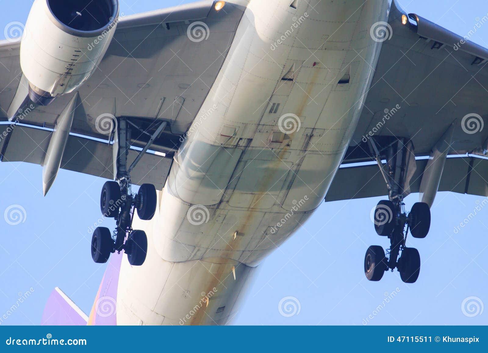 Zakończenie up dolny widok pasażera samolotu odrzutowego samolotu przedstawienia jeżdżenie whee