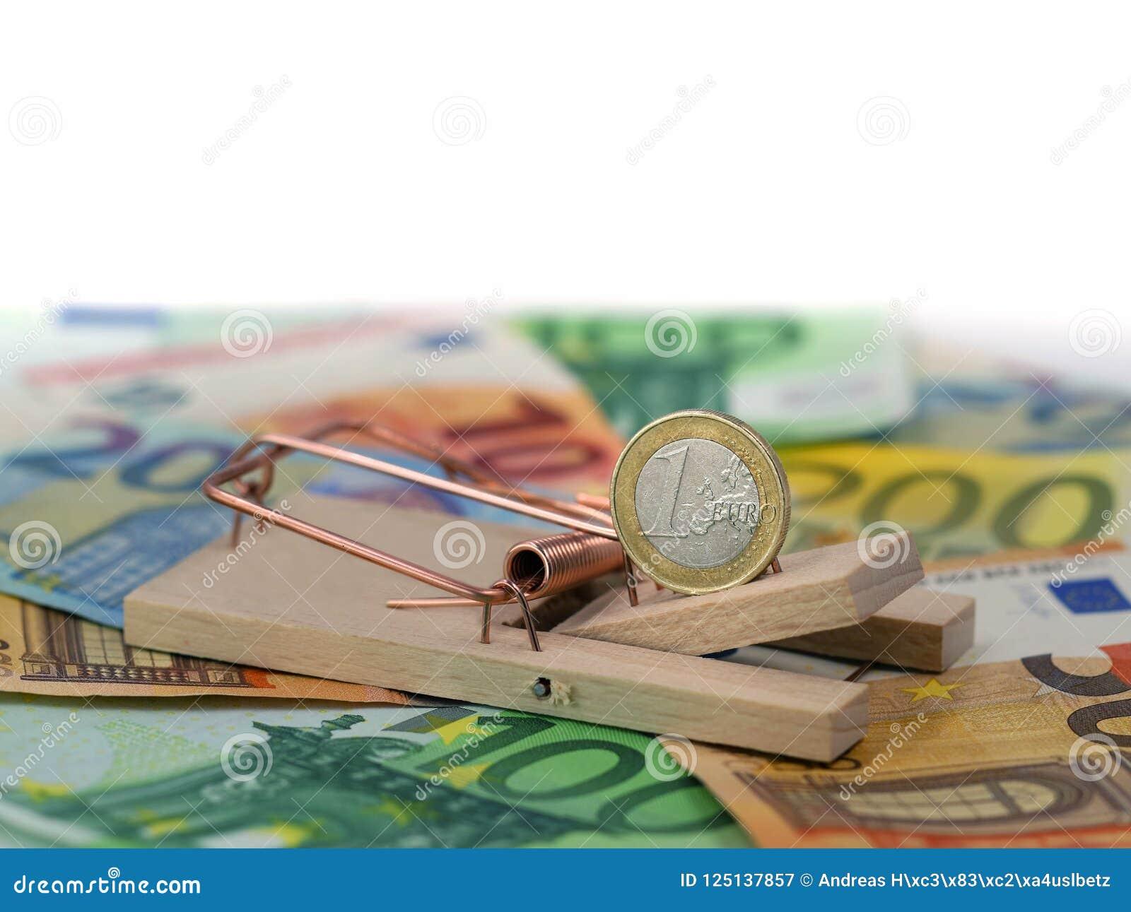 Zakończenie up euro moneta w mousetrap jako popas na banknotach z kopii przestrzenią Pojęcie dług