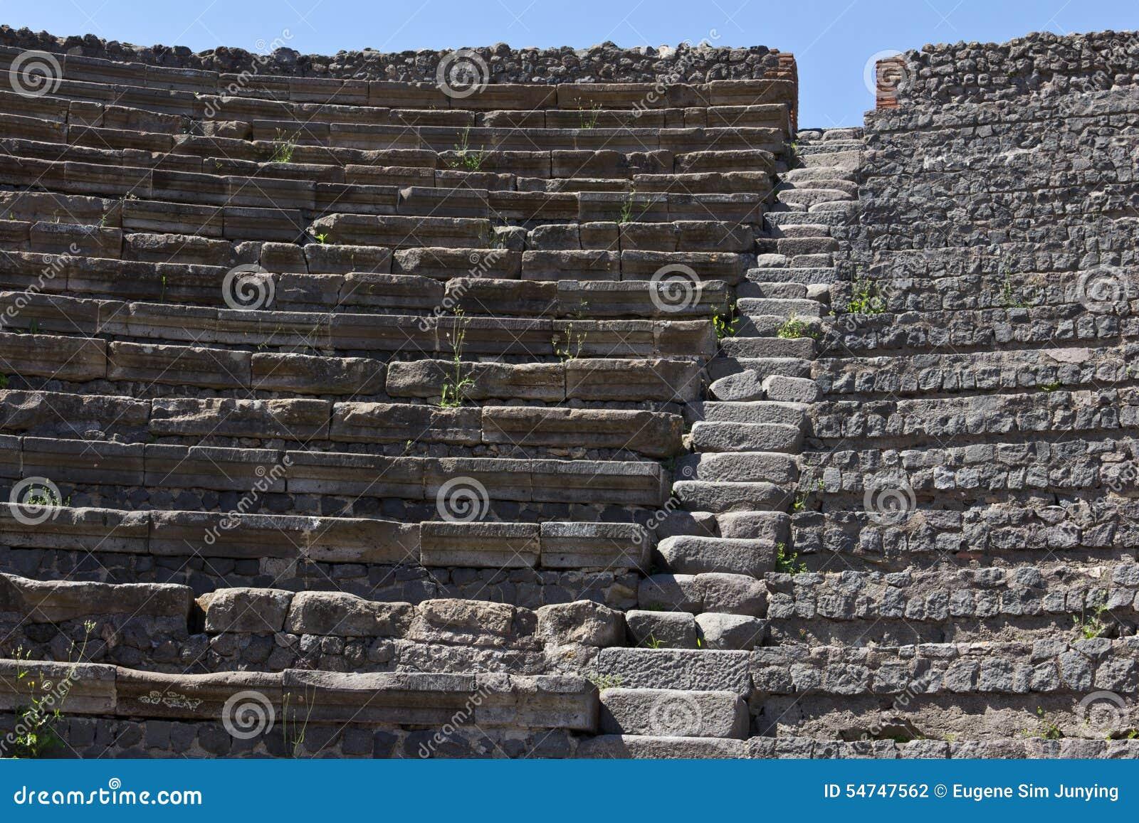 Zakończenie up kamieni siedzenia w Pompeii amphitheatre