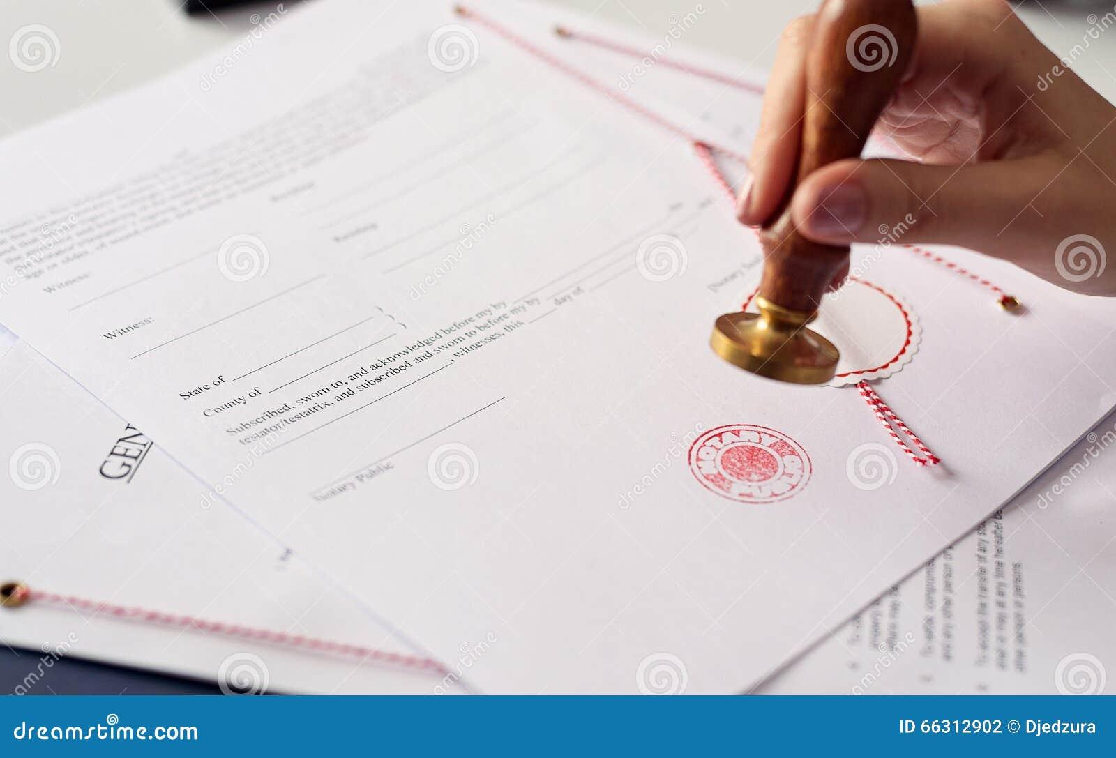 Zakończenie up na kobieta notariusza społeczeństwa ręki atramencie stempluje dokument
