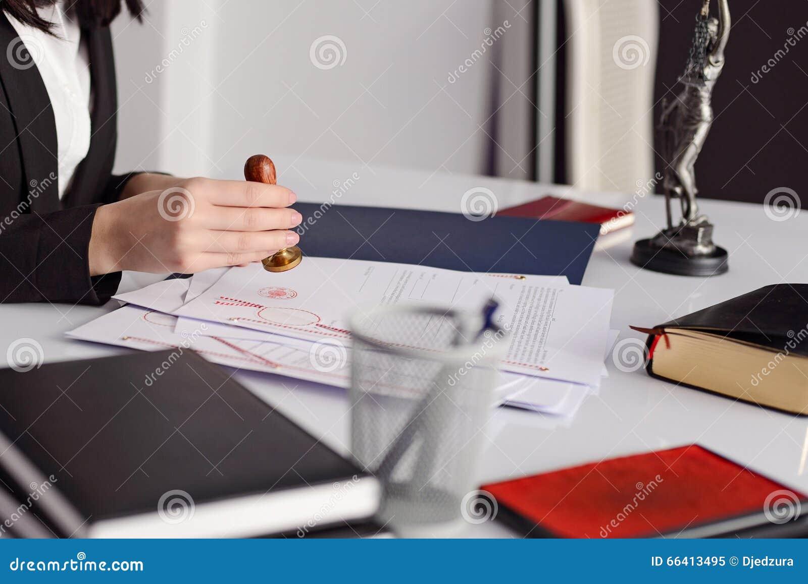 Zakończenie up na kobieta notariusza społeczeństwa ręki cechowaniu