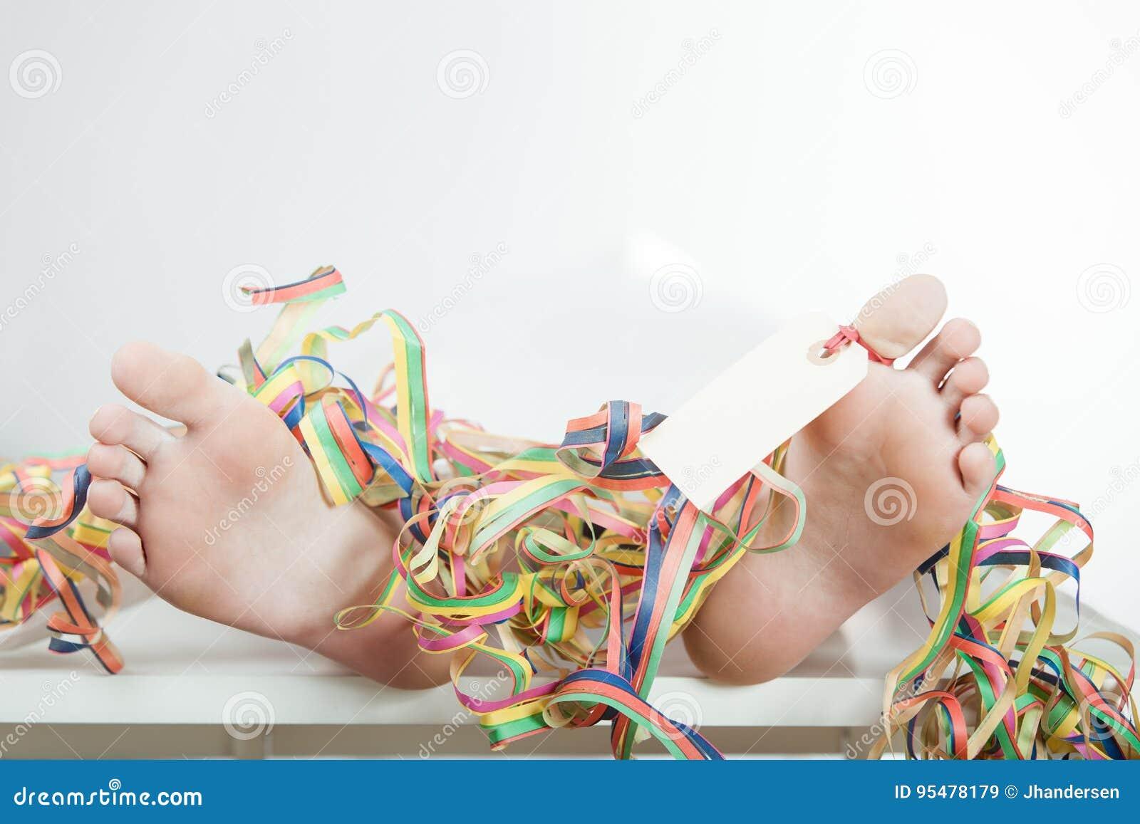 Zakończenie up nadzy cieki z palec u nogi faborkami i etykietką