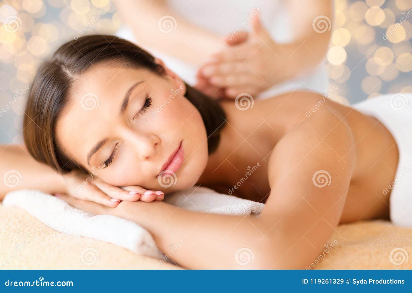 Zakończenie up piękna kobieta ma masaż przy zdrojem