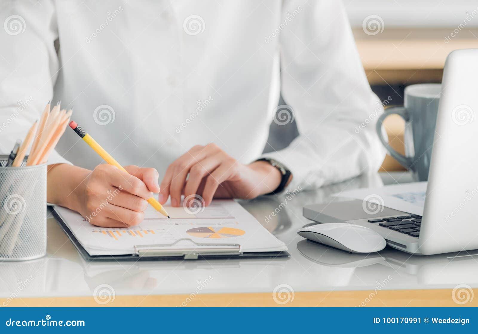 Zakończenie up ręka pisze raporcie w przodzie o bizneswoman ręka