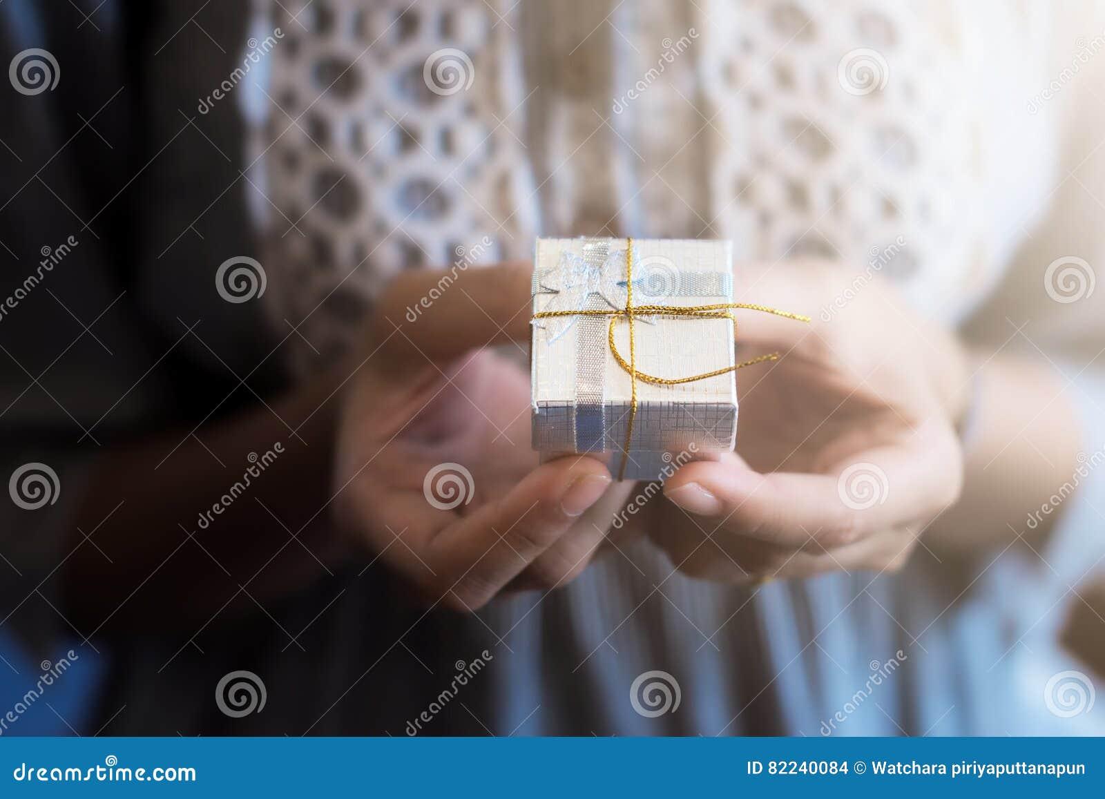 Zakończenie up strzelał żeńskie ręki trzyma troszkę prezent