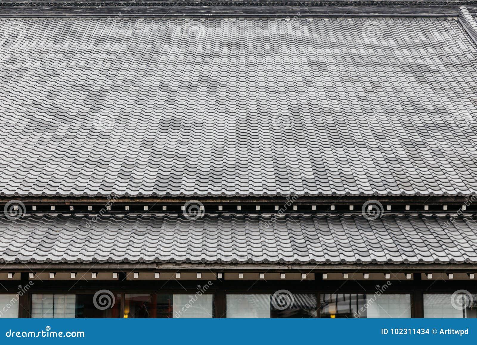 Zakończenie up szczegółu dachowe płytki Edo okresu architektury styl z liśćmi mniej drzewa w Noboribetsu Datują JIdaimura History