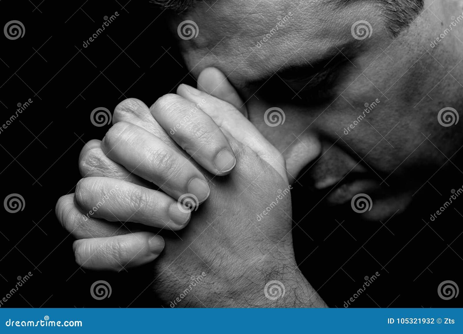 Zakończenie up wierny dojrzały mężczyzna modlenie, ręki składał w cześć bóg
